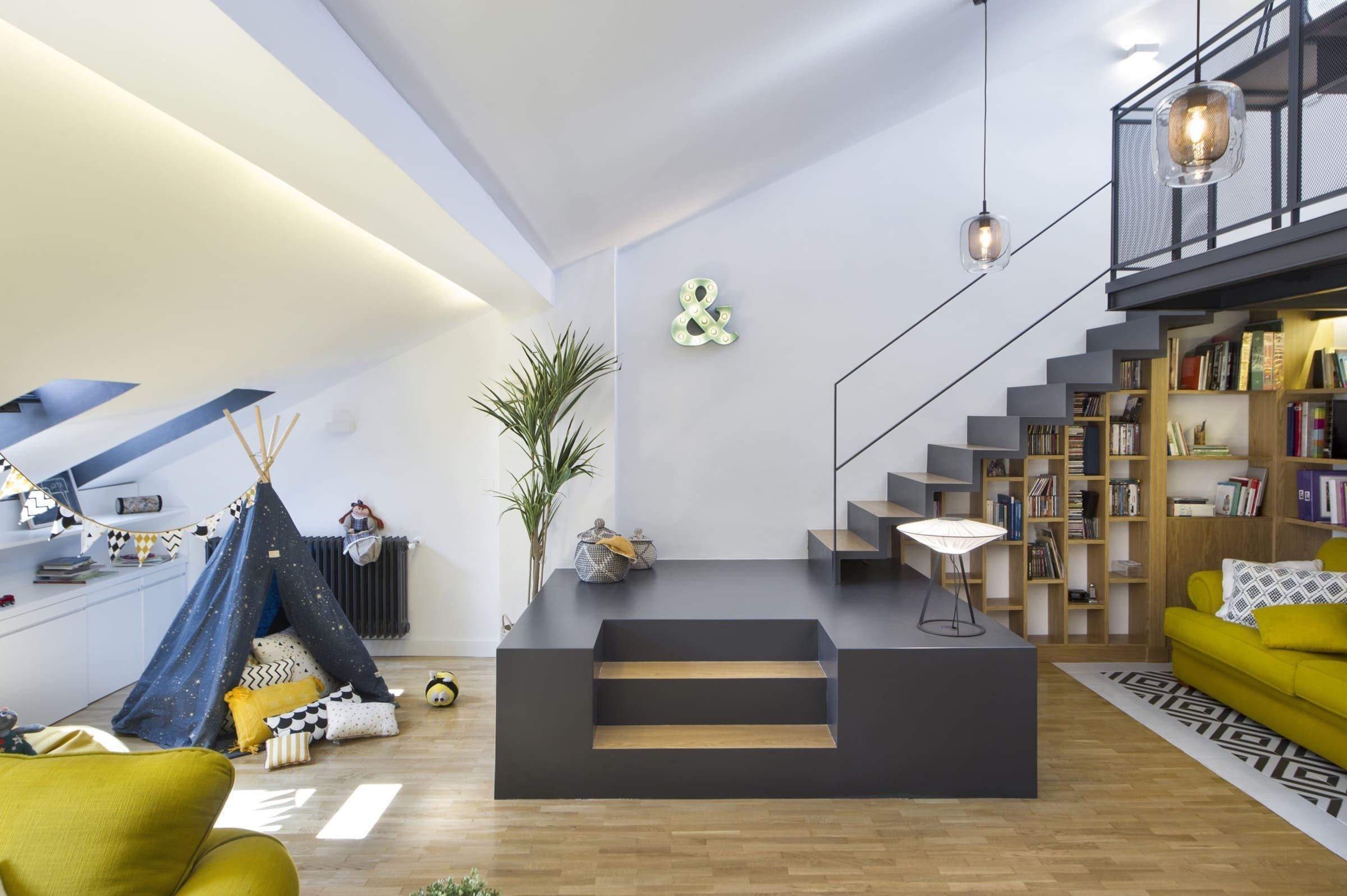 Půdní prostor s velkým potenciálem využívali madridští majitelé zprvu jako skladiště, díky architektům ze studia Egue y Seta však nově získali příjemných 97 m² plochy, která se proměnila v plnohodnotnou část domácnosti. Ta zaujme nejen bohatě zásobenou knihovnou, ale i svěžími akcenty jasně žluté barvy.