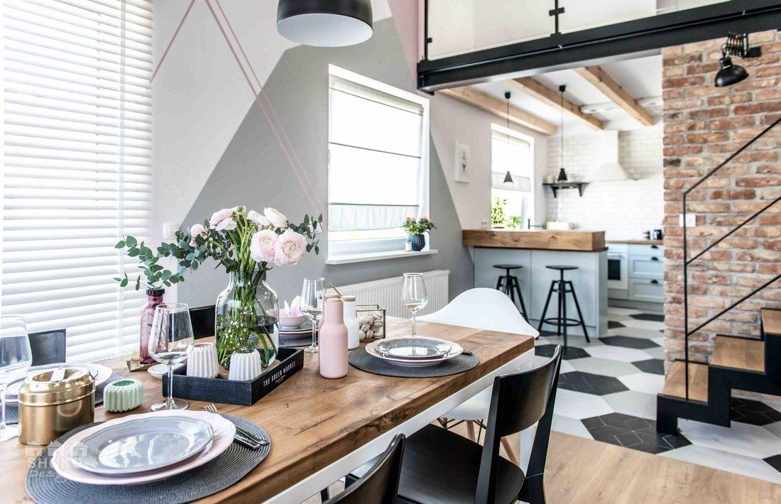 Obývací pokoj odděluje od kuchyně cihlová zeď a kuchyňský pult.