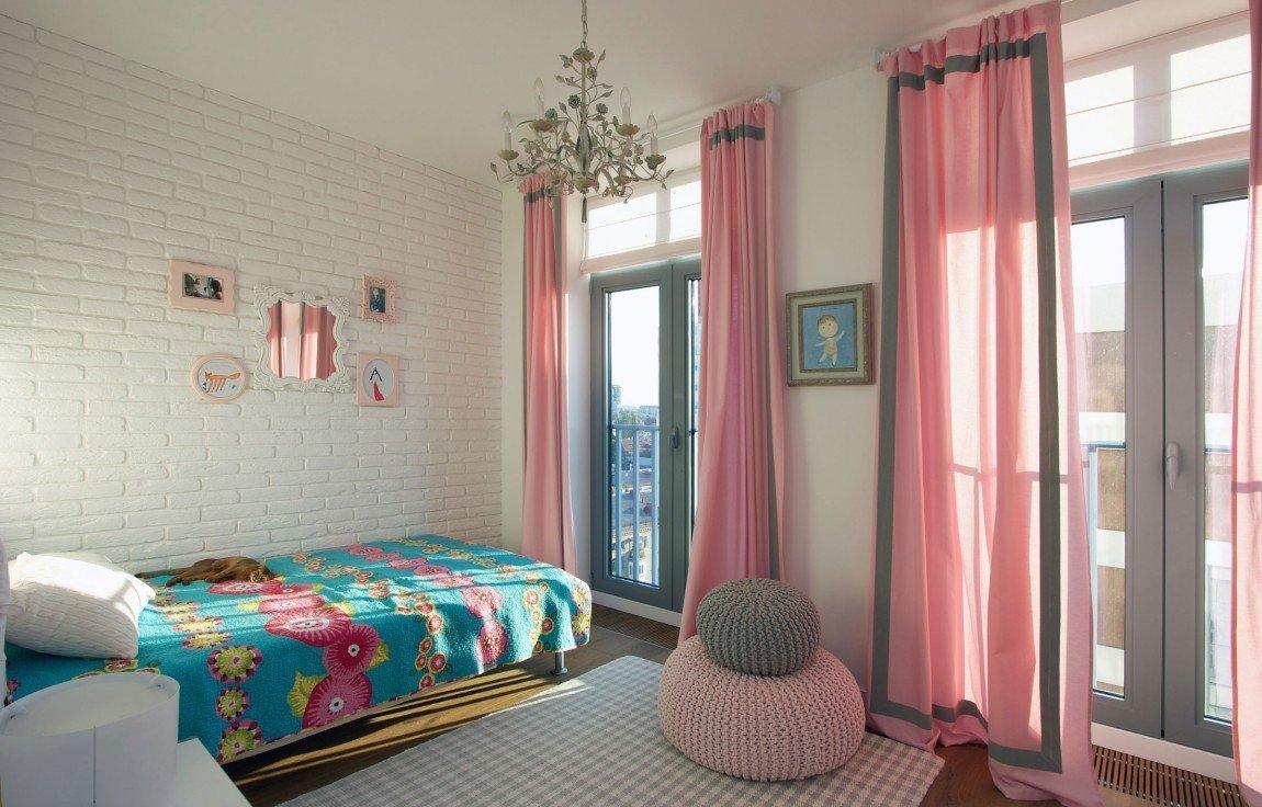 Dívčí pokoj je oživen barevně i doplňky.