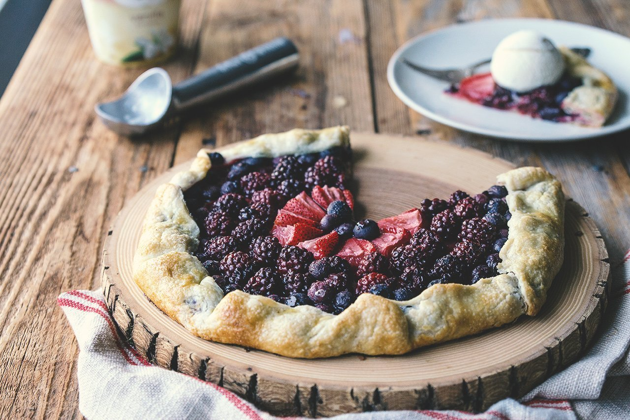 Ohlásila se vám nečekaná návštěva a potřebujete připravit rychlý dezert? Tento koláč budete mít hotový raz dva. Je snadný na přípravu a můžete na něj použít doslova jakékoli ovoce.