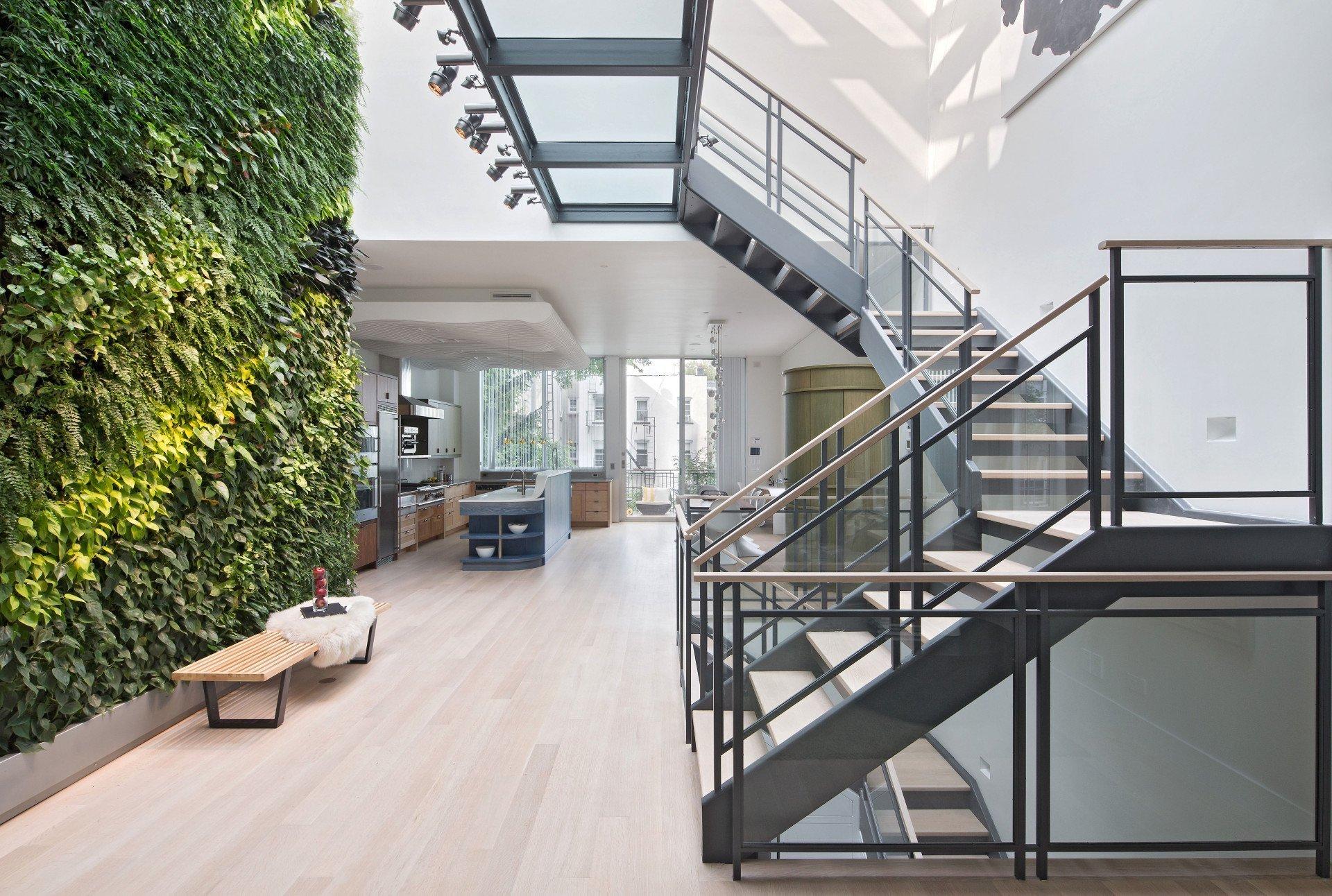 V bytě v New Yorku má zelená stěna úctyhodných 1080 rostlin a zavlažovací systém je řízen počítačem.