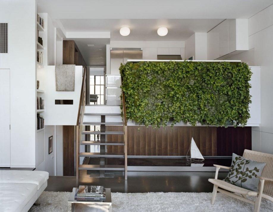 Zelená stěna z živých rostlin působí nejen dekorativně, ale také funguje jako přirozená zvuková a tepelná izolace.