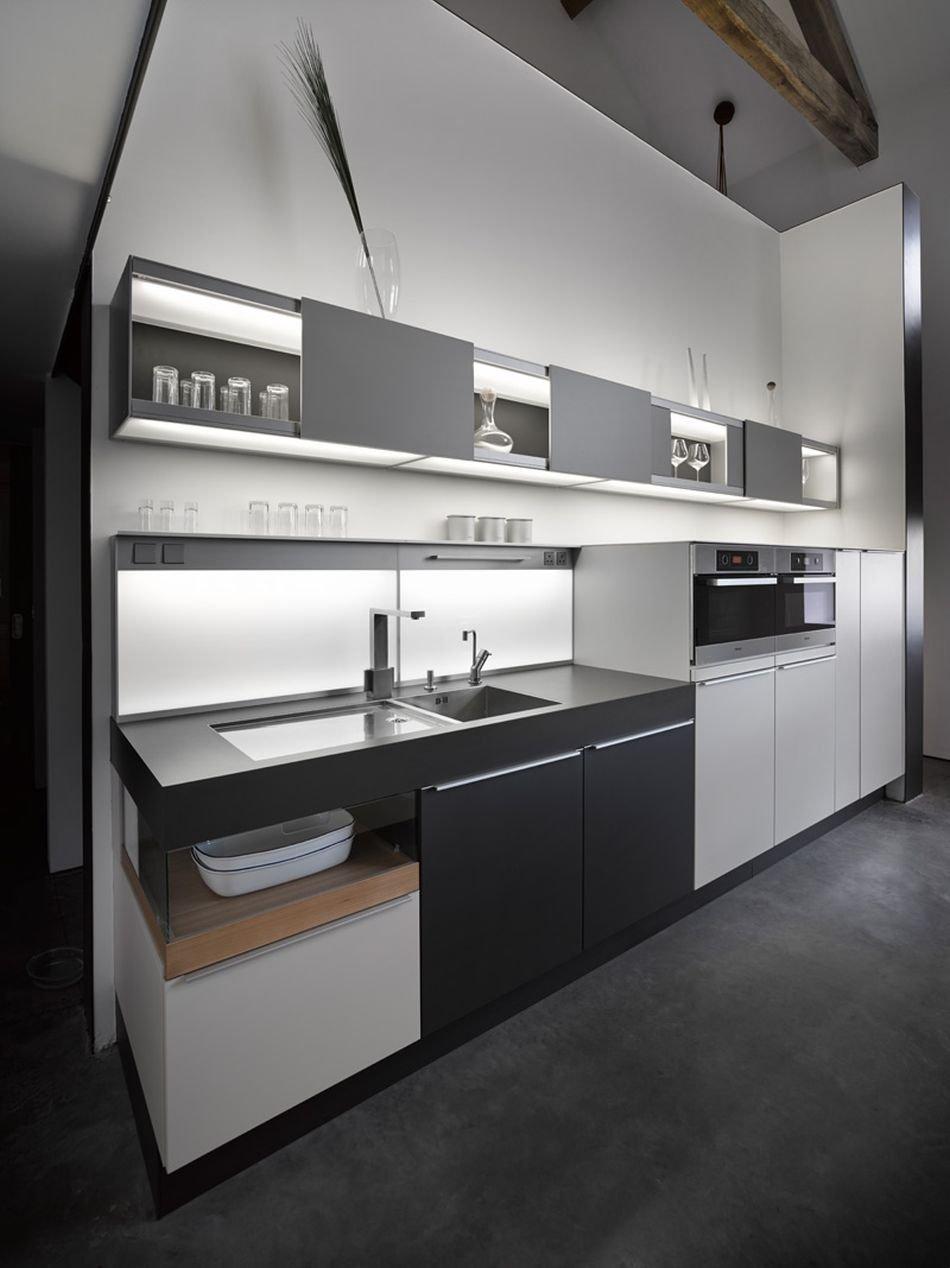 Kuchyň má chytře řešené úložné prostory.