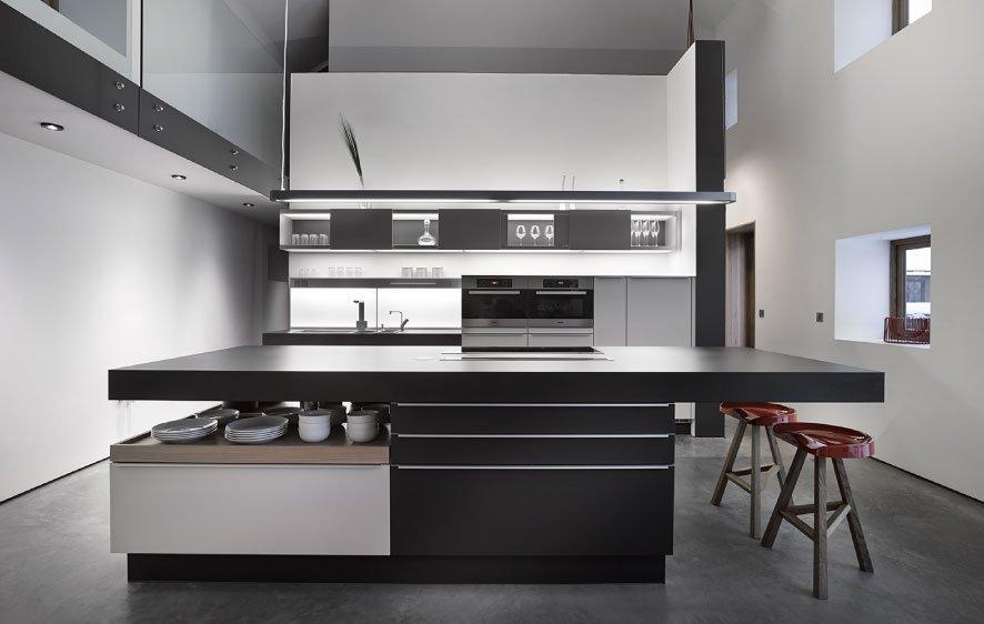 Co do barev je kuchyňská zóna řešena minimalisticky.