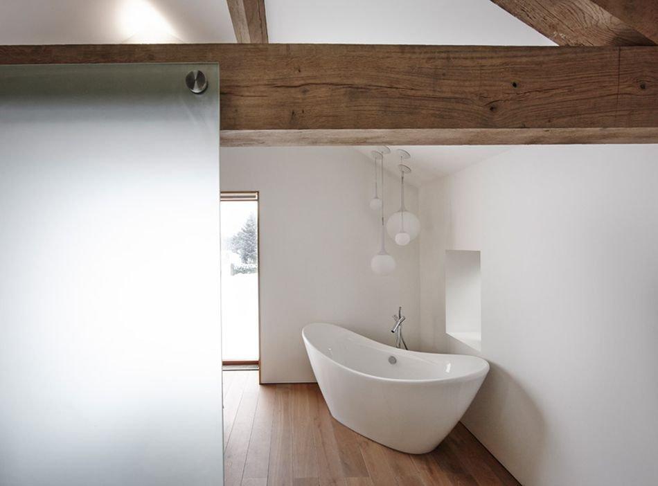 Minimum nábytku a bílá barva zajistí, že koupelna působí vzdušně.