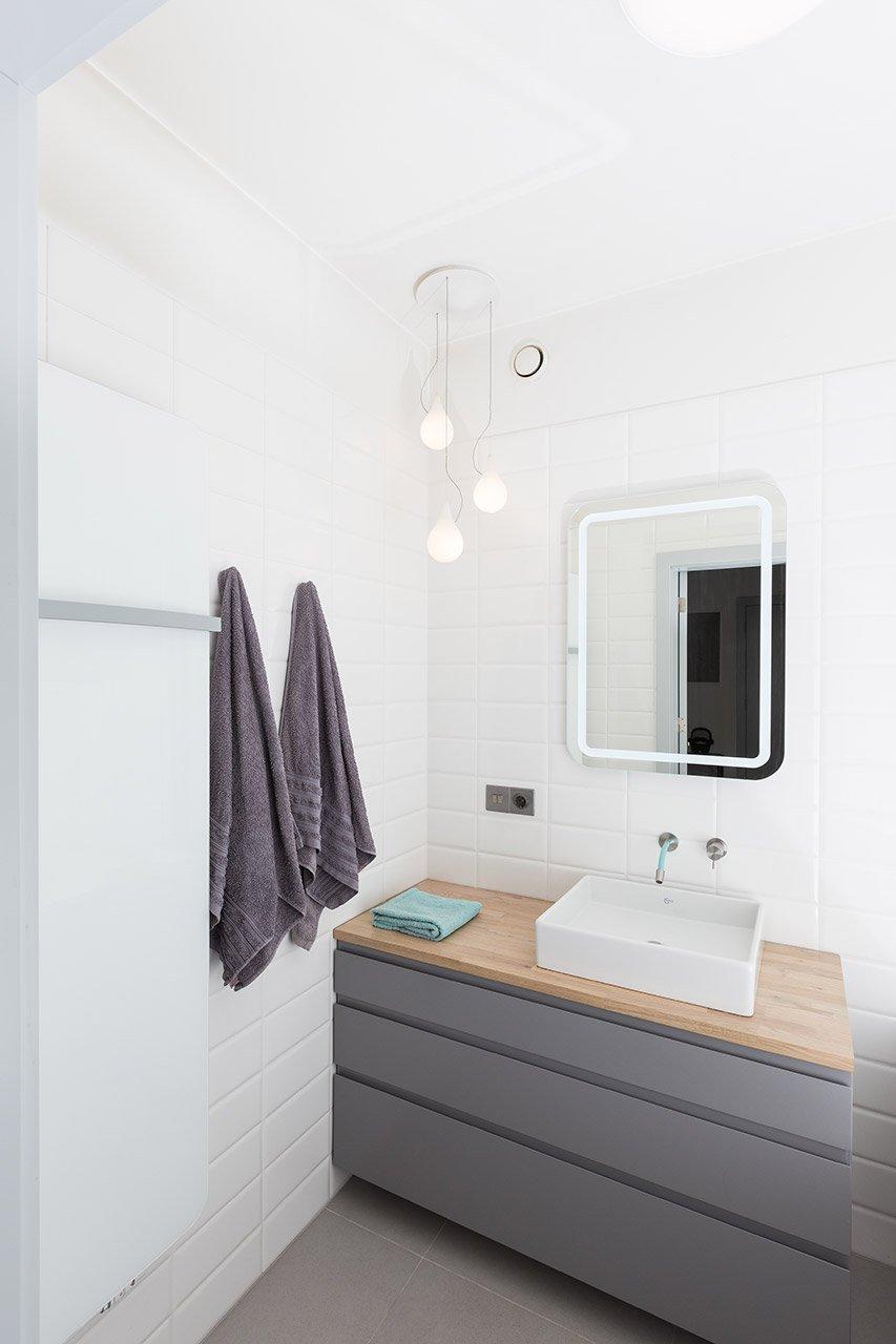 Minimalisticky řešená koupelna.