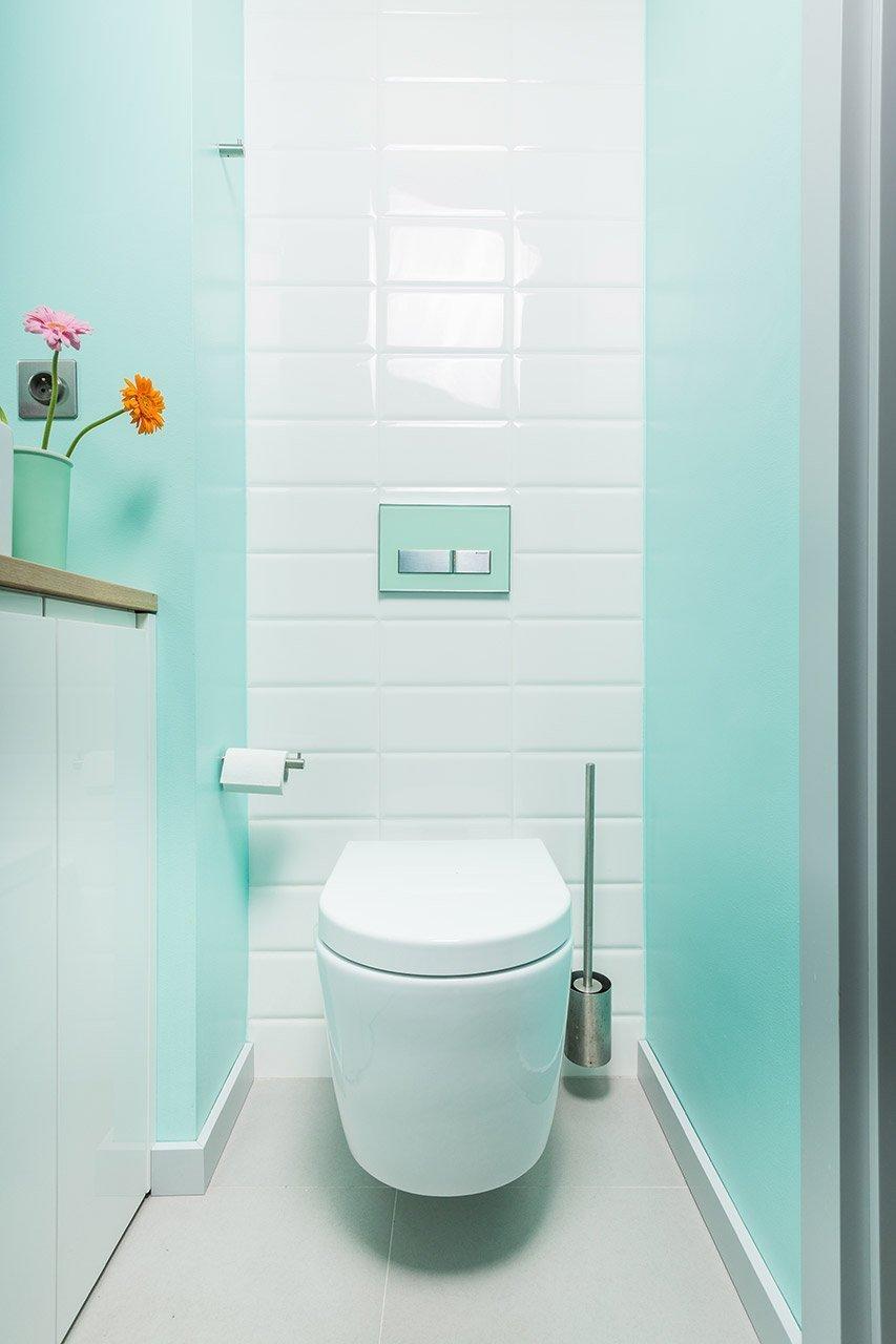 Svěží tyrkysová barva je pro toaletu ideální.