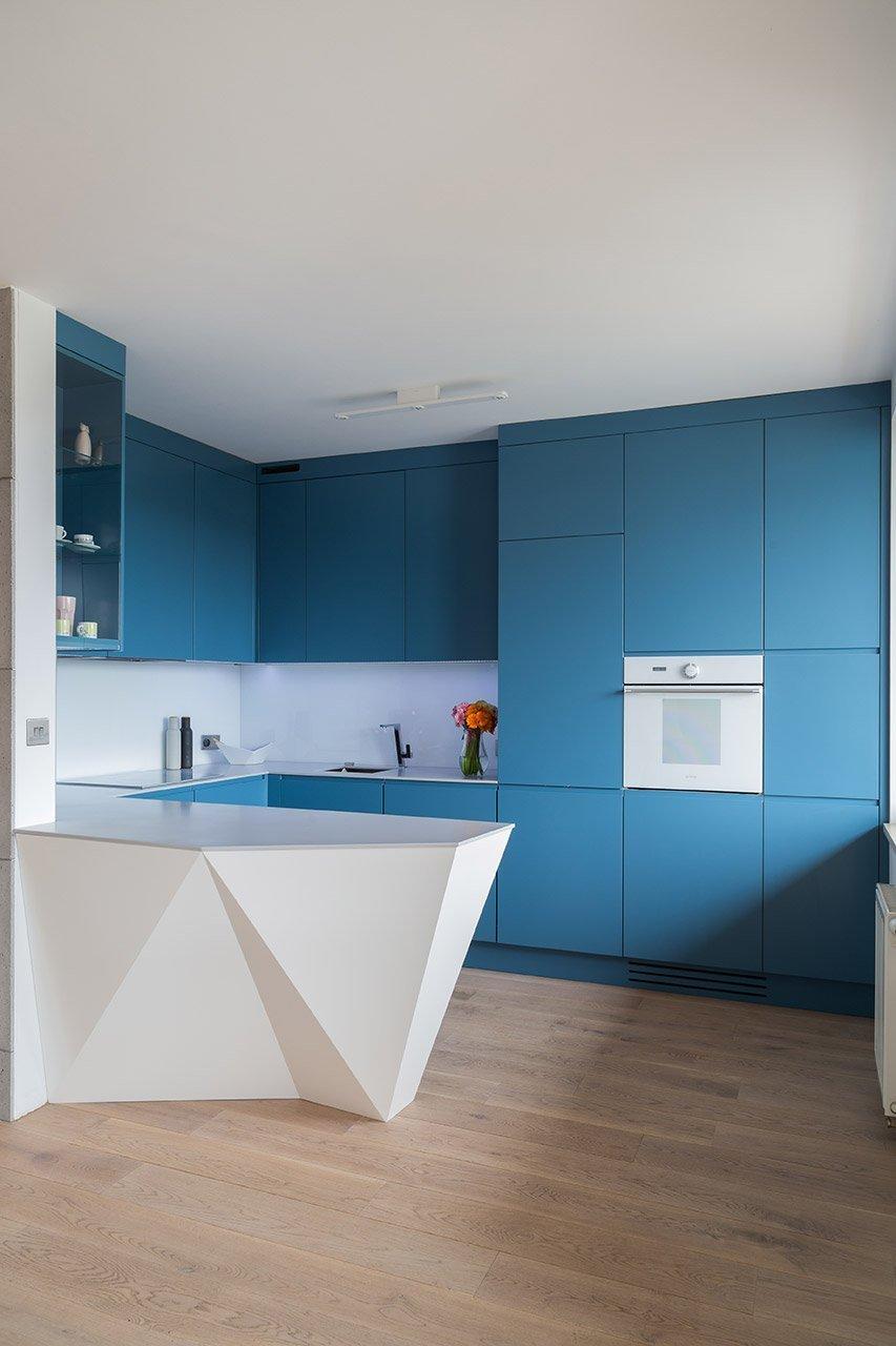 Ústředním barevným motivem se stala kuchyňská linka.