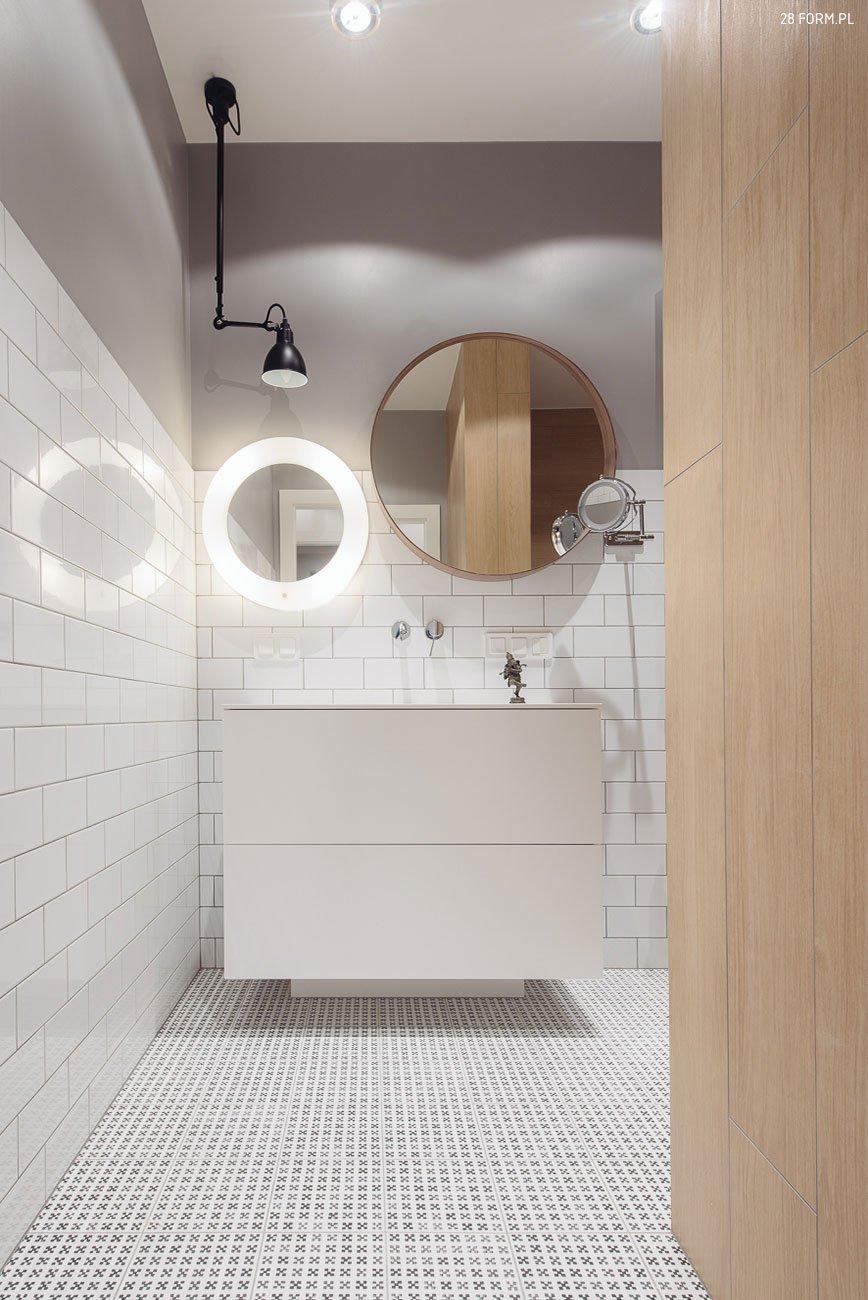 Chytře řešené zrcadla a světlý nábytek prosvětlí místnost.