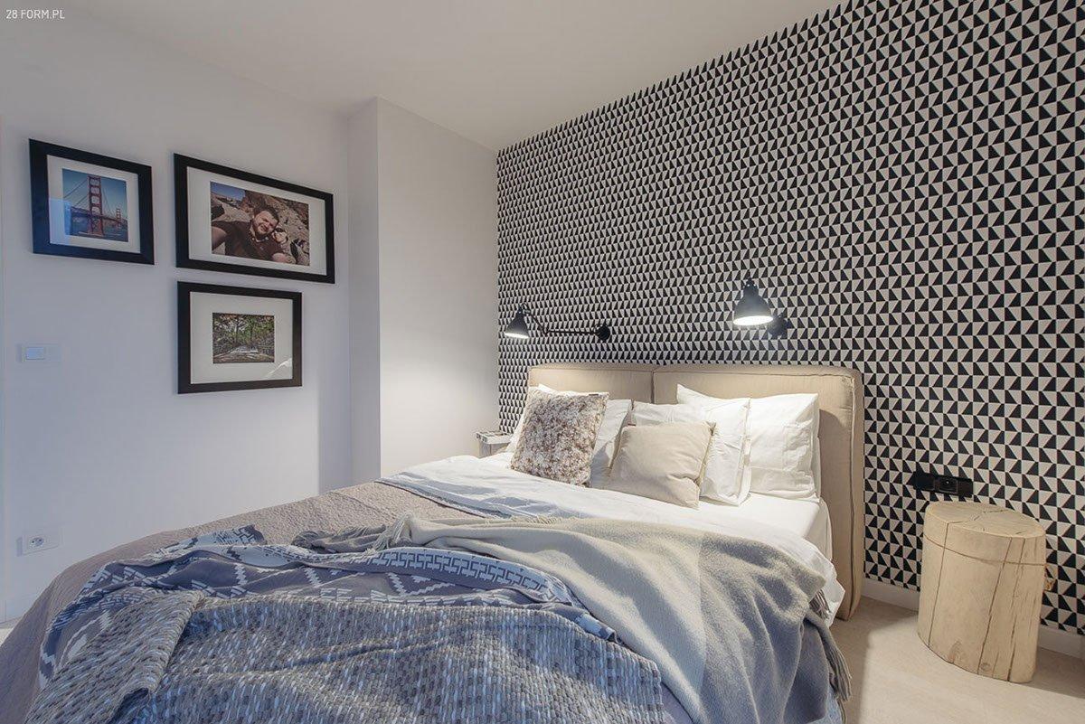 Výrazná tapeta za čelem postele je ozdobou celé místnosti.
