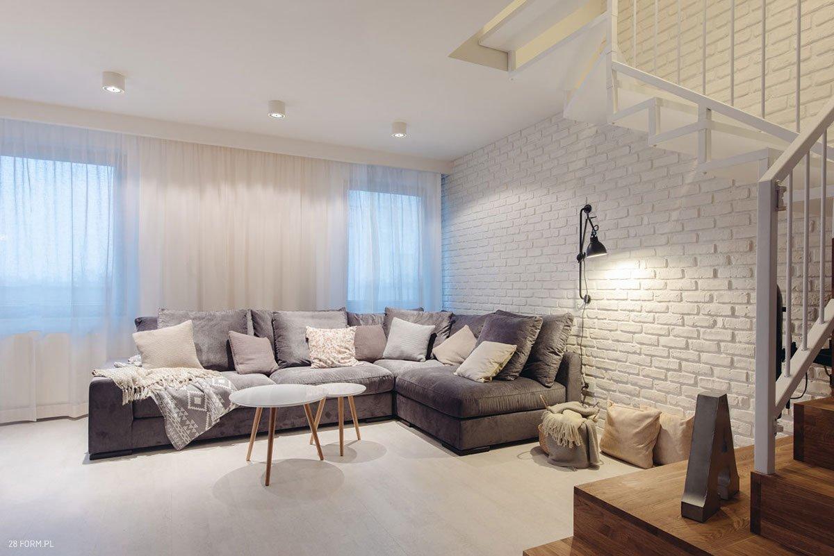 Osvětlení zvýrazňuje texturu cihlové zdi.