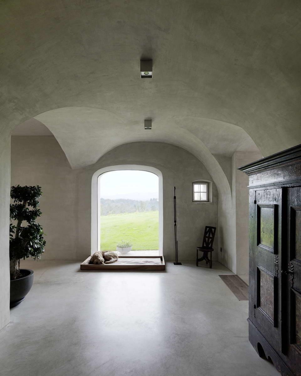 Interiér je zařízen minimalisticky, díky tomu vynikají původní stropní oblouky.
