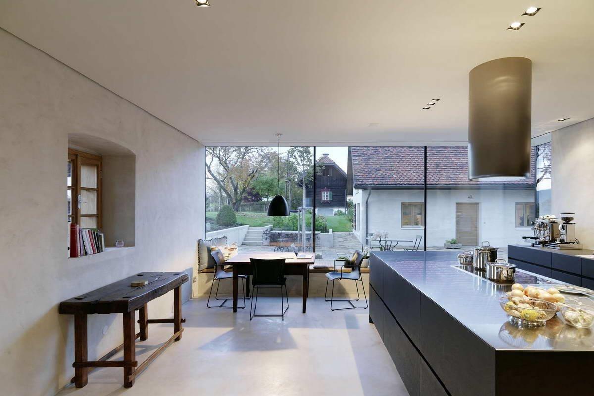 Moderní kuchyň s výhledem do okolí.