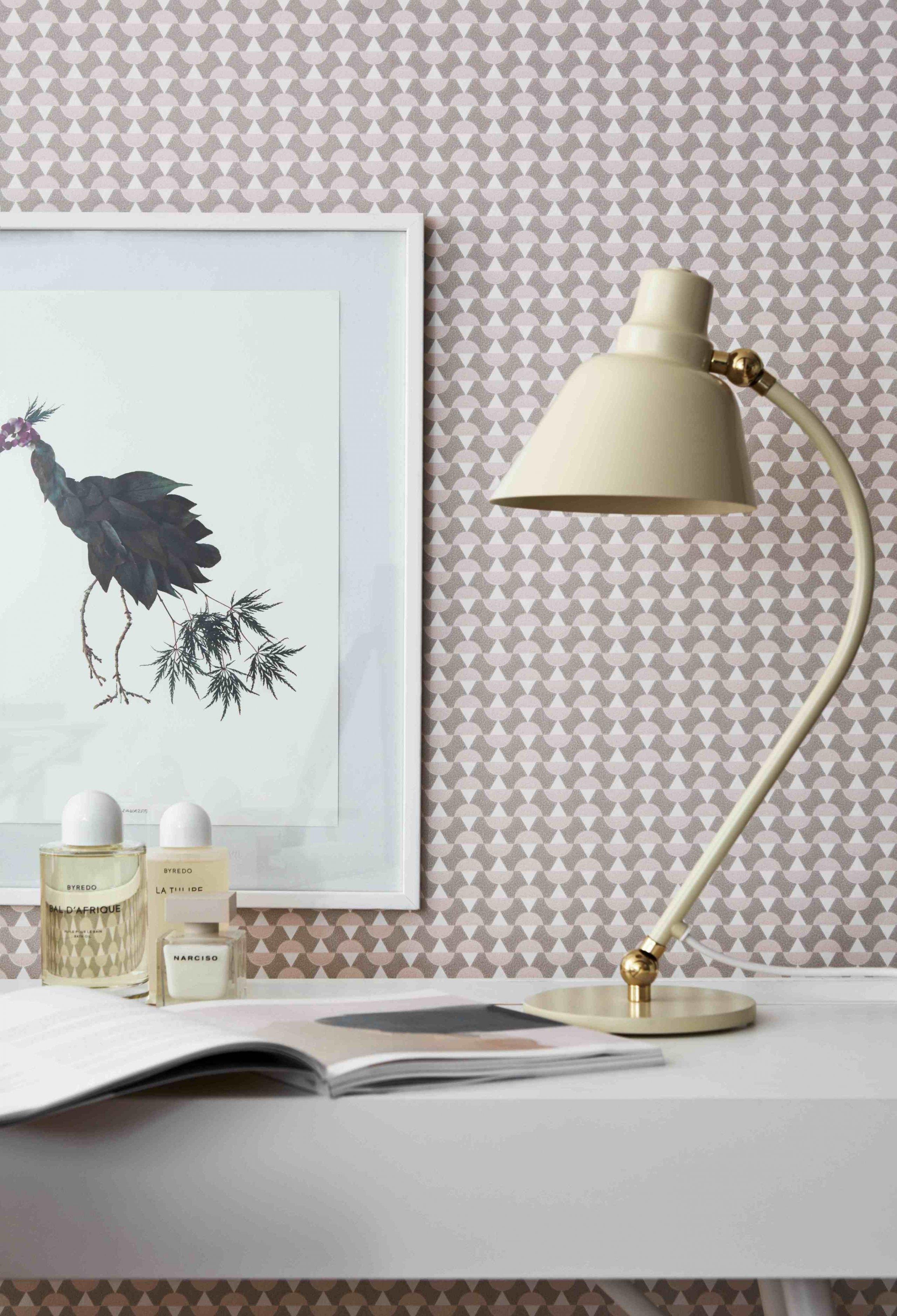 Moderní tapeta se stane ozdobou, která dokáže vyzdvihnout vaše doplňky a dekorace.