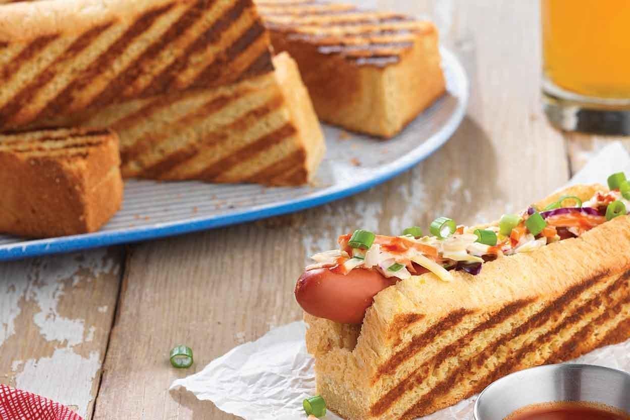 Také patříte mezi milovníky párků v rohlíku a nebo amerických hot dogů? Máme pro vás tip na inovaci, která dodá klasické fádní úpravě skutečný šmrnc a nebude ostuda takové jídlo připravit třeba návštěvě!
