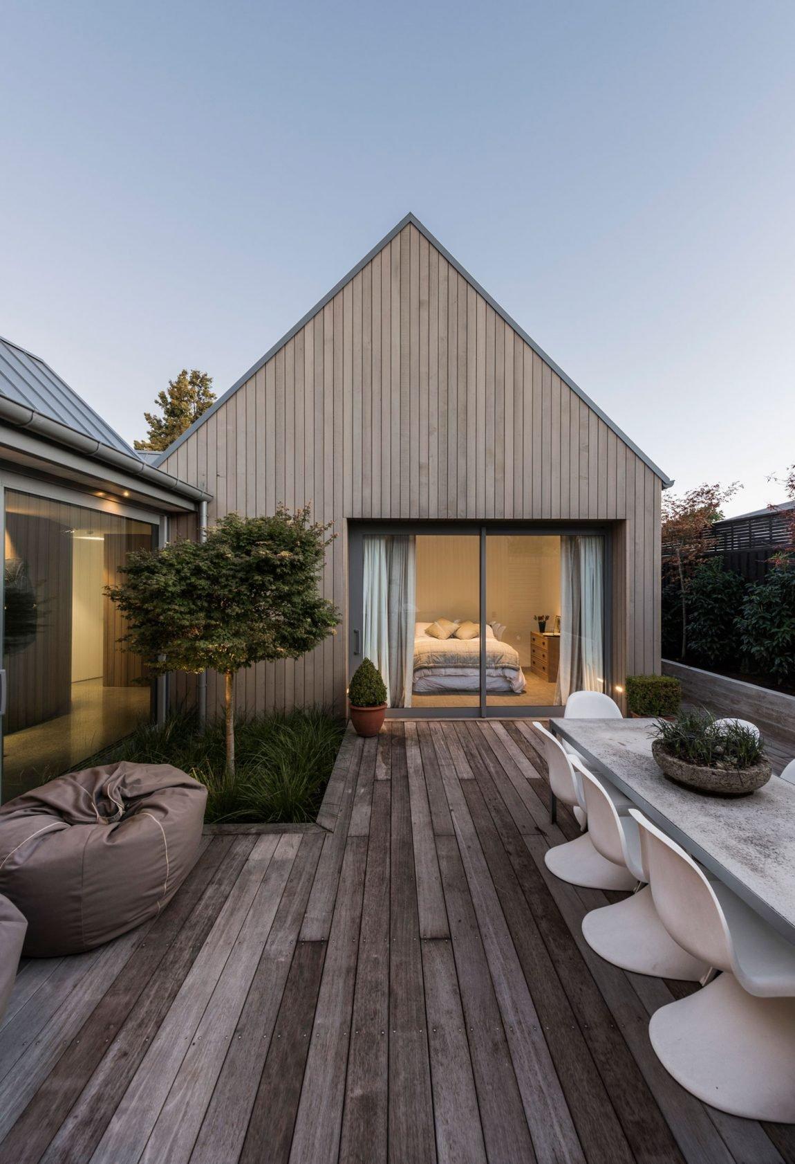 Dům, který je schopný odolat častým zemětřesením a mnohdy nepříznivým podmínkám, nebylo lehké vymyslet. Architekti se rozhodli použít jen úzké spektrum materiálů a pomocí jednoduchých čar a linií vytvořit venkovskou budovu 21. století. Jaká kritéria musí taková budova splňovat?