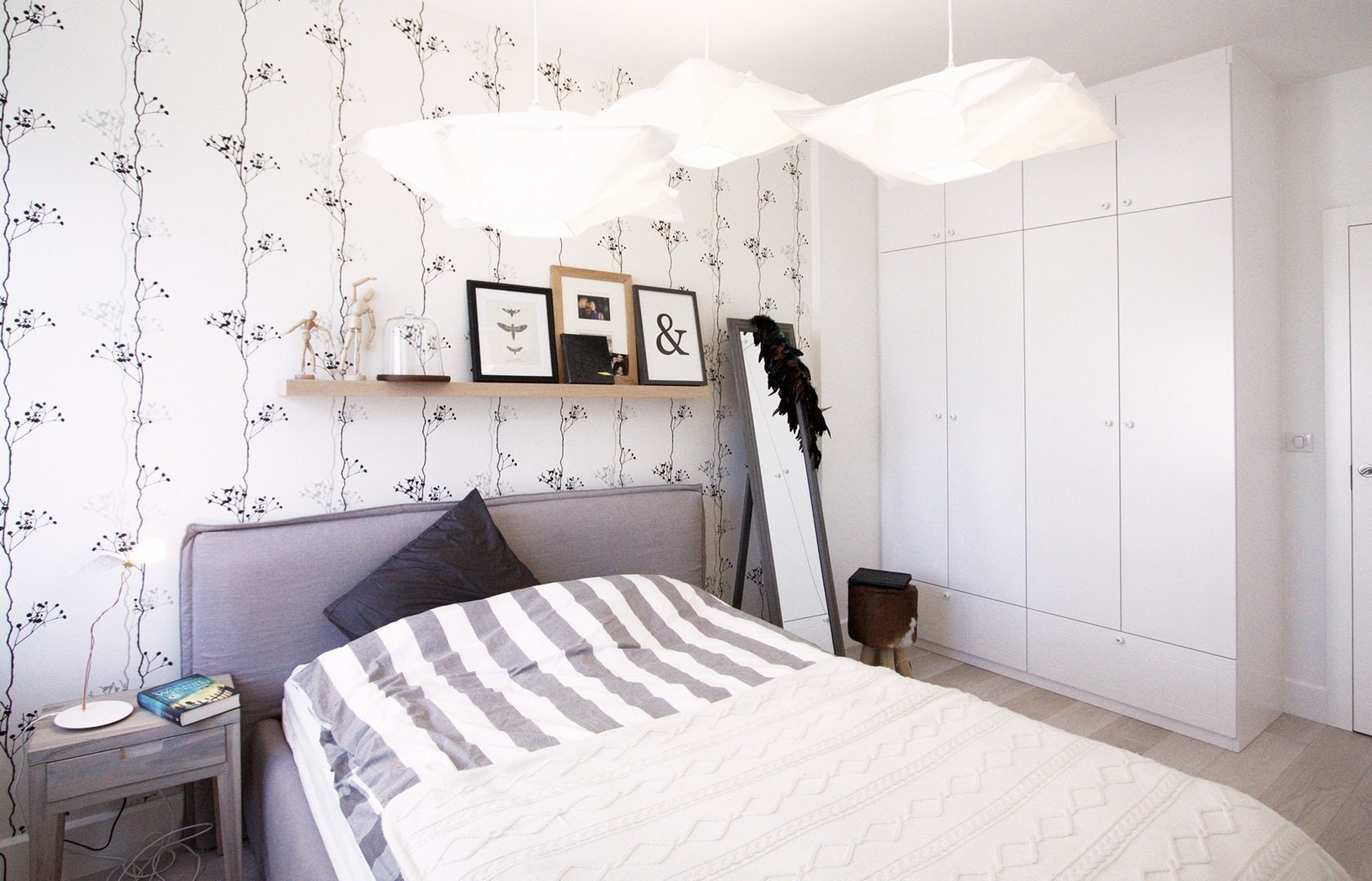 Minimalismus, kontrasty, přírodní materiály, bílá a černá. Tak se vyznačuje skandinávský design posledních let a tento trend v bydlení neustává, spíš právě naopak. V čem je jeho síla a proč si ho lidé tak zamilovali?