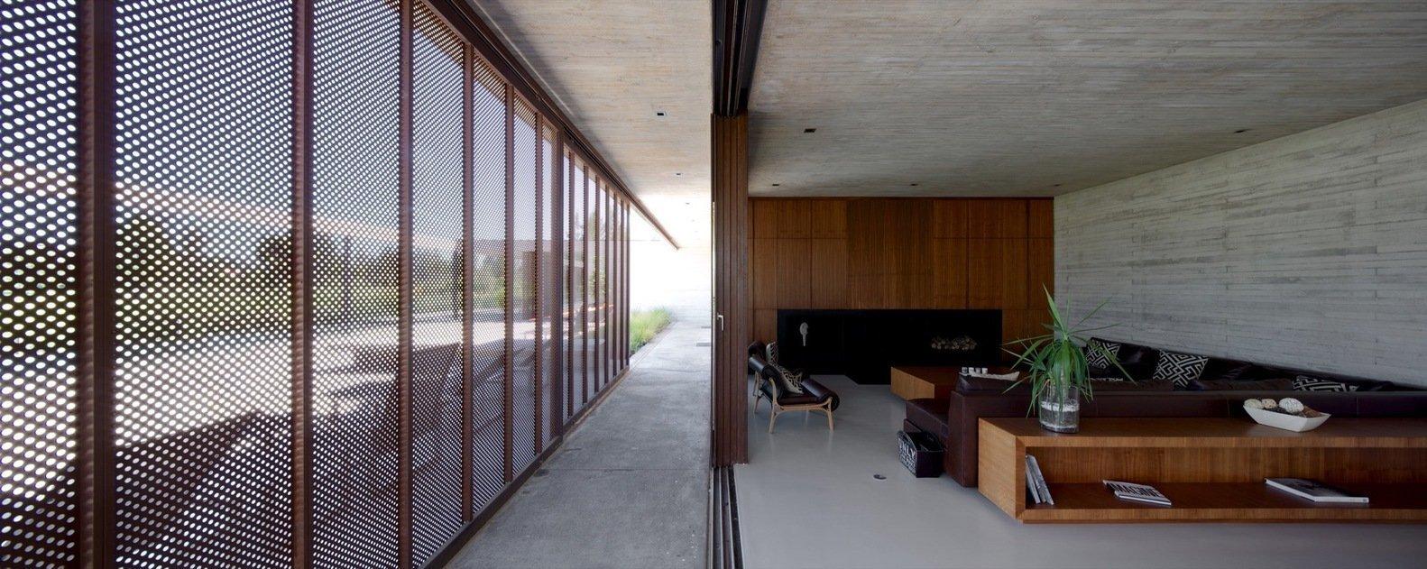 Luxus nemusí být vždy okázalý a do očí bijící. Majitelé rozlehlého sídla v chilském městě Linderos zvolili zcela opačný přístup. Ačkoli vybudovali svůj domov uprostřed golfového resortu, jejich dům nestrhává zbytečnou pozornost a poskytuje svým obyvatelům klid a soukromí.
