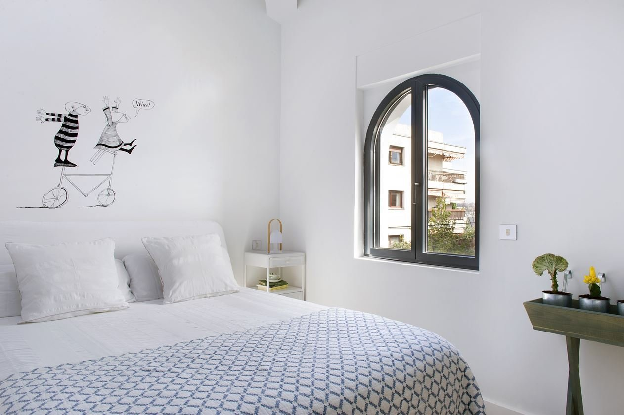 Ani zámek, ani chatrč v lese. Příběh tohoto domu sahá do 50. let, děj se odehrává v Madridu. Hlavními postavami jsou mladí manželé se svými ratolestmi. A i když není korunován věží nebo zvonicí, tři podlaží ve tvaru obdélníku jsou přikryty sedlovou střechou, která skrývá ohromnou knihovnu plnou knih a příběhů.