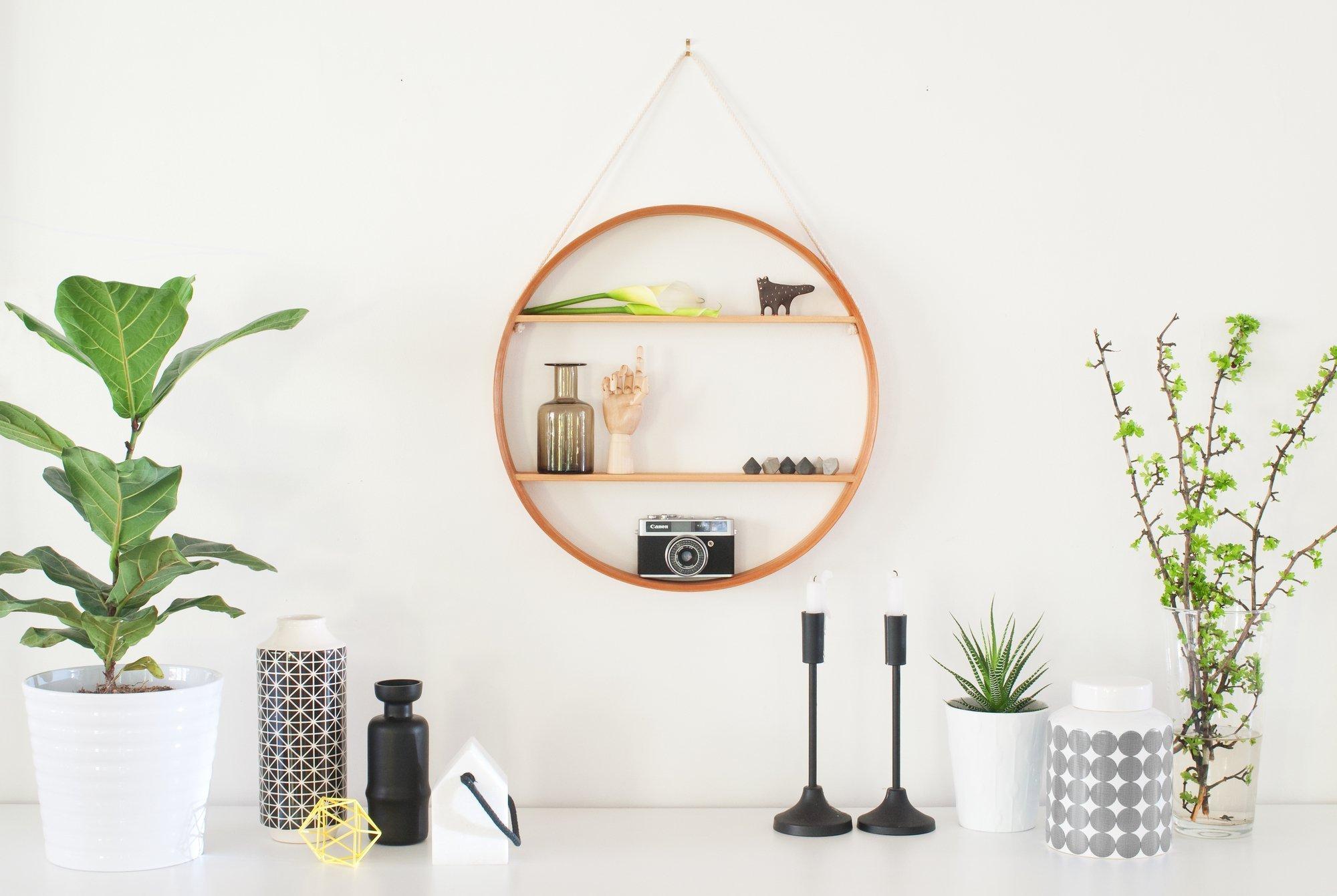 Trvá jen pár minut, než vám v mysli přeorganizují všechen váš nábytek. Hlavním pravidlem u designu je: každý má svůj styl. Ovšem designéři ví toho o trendech a stylech tolik, že si nemohou pomoci a hned si všímají každého detailu, když do domu vstoupí. Pokud se k vám domů chystá nějaký odborník v designu, nebo jste prostě jen zvědaví, co je podle nich důležité, je tento článek pro vás. Dozvíte se spoustu užitečných postřehů.