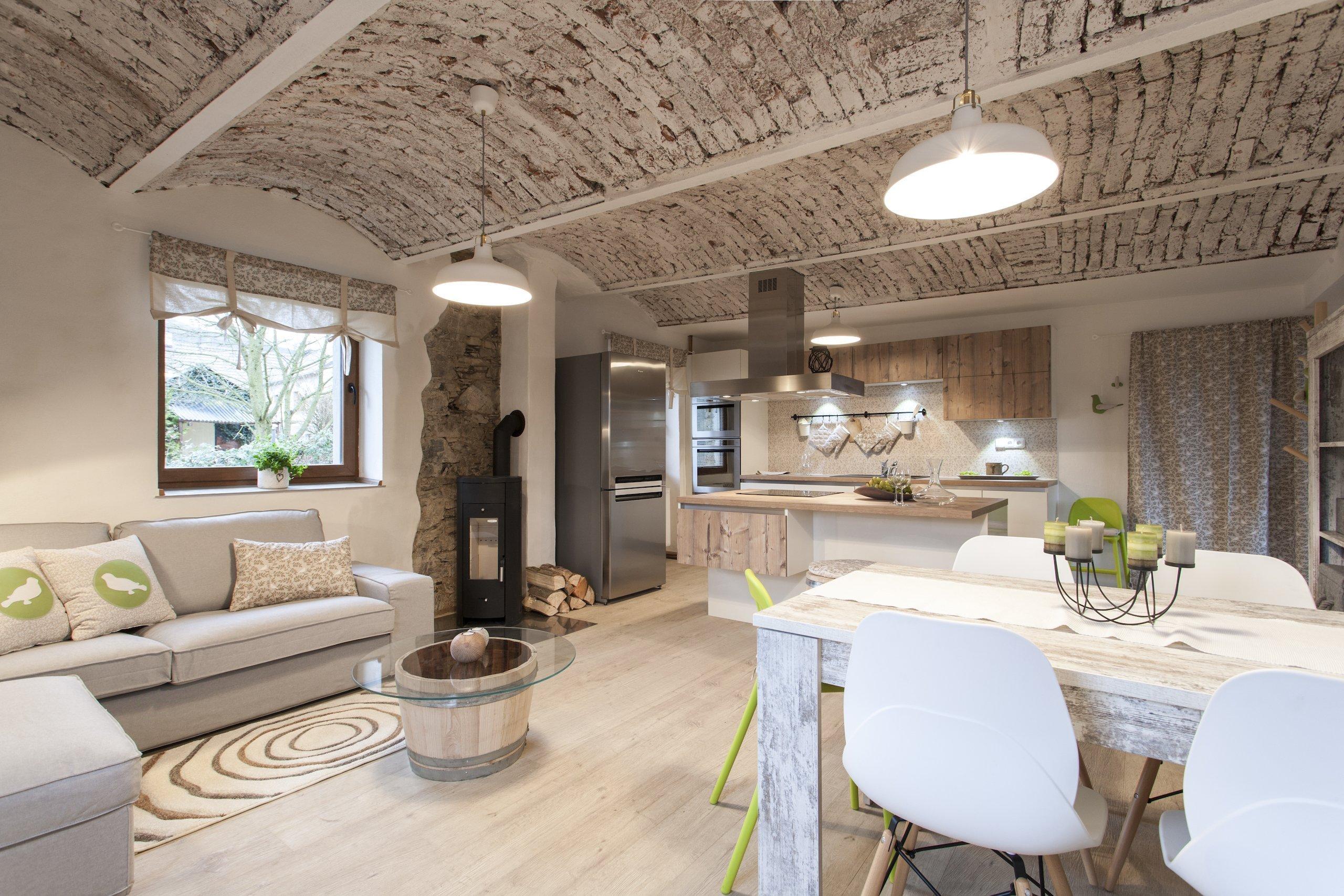 V nedostavěném a průběžně rekonstruovaném 100 let starém domě, jenž byl původně hospodářským stavením, žijí manželé Mariana a Jan se svými dvěma dětmi ve věku batolecím a předškolním.