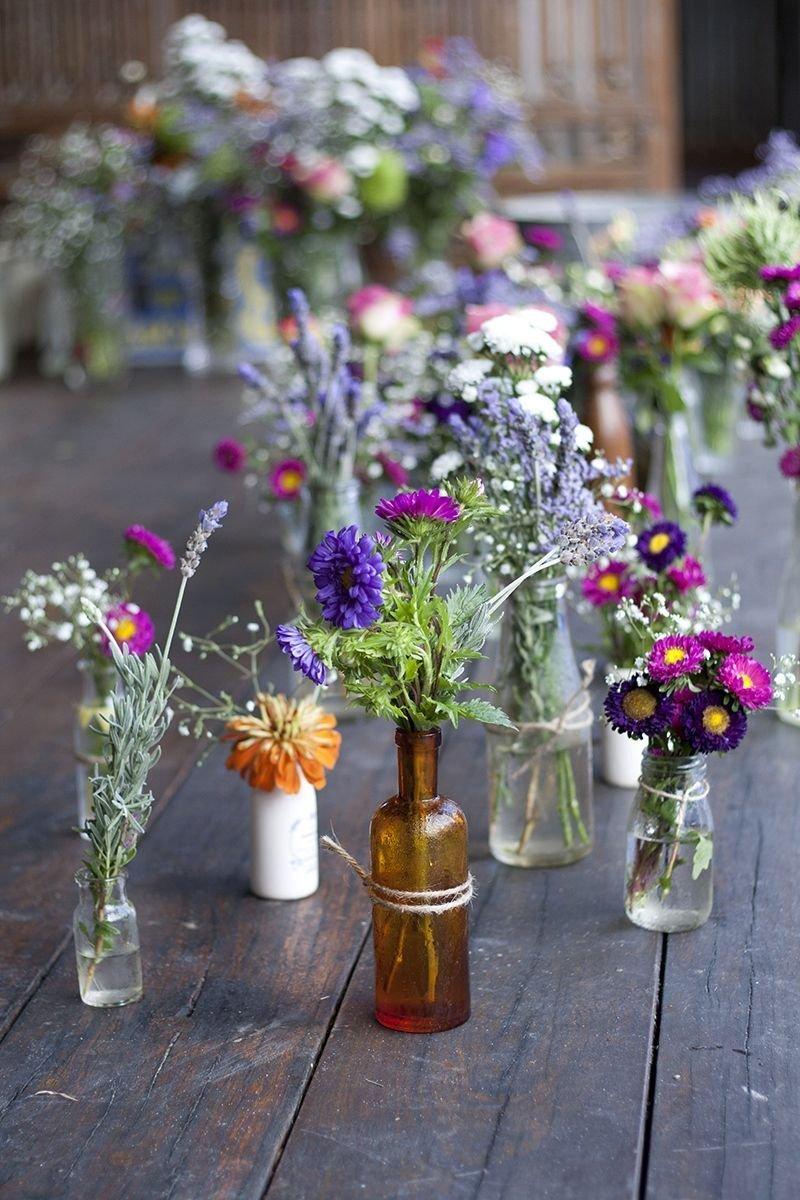 Jaro je jedním z nejideálnějších období pro květinové dekorace. A je jedno jesti jsou vám bližší ty z umělých květin, nebo vázání řezaných květů. Obojí dokáže v bytě dokonale dotvořit atmosféru příchodu jara.  Samotné aranžování je pak už čistě jen ve vašich rukou.