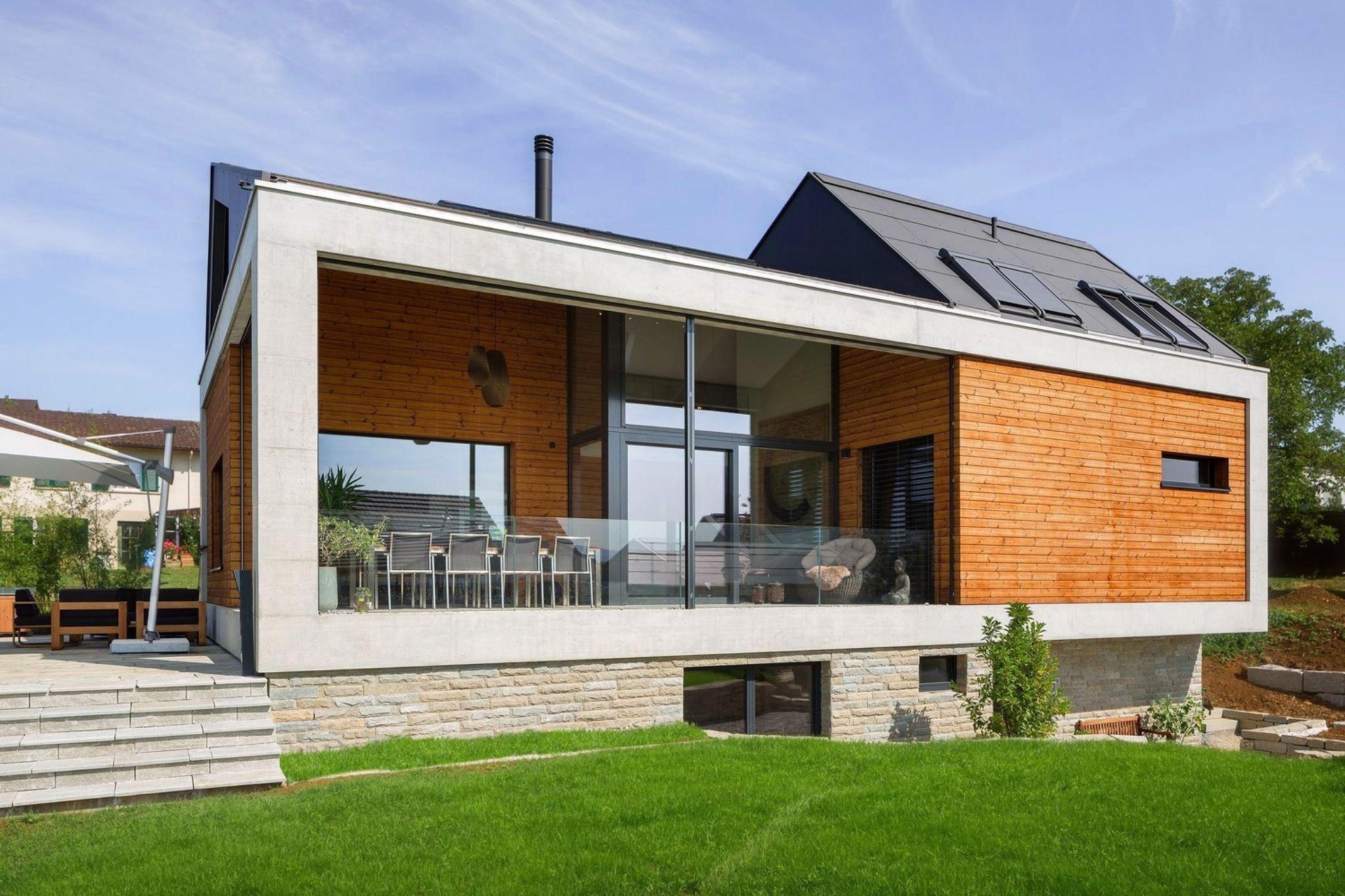 Rodinný dům poskytuje příjemné bydlení pro rodinu, dotažené téměř do dokonalosti. Prostřednictvím jednoduchých tvarů a forem, a zejména jejich seskupením do unikátního architektonického uspořádání, nabízí to nejlepší z moderního designu. Málokomu se podaří dřevo, beton, kámen a ocel zkombinovat do takového harmonického celku.