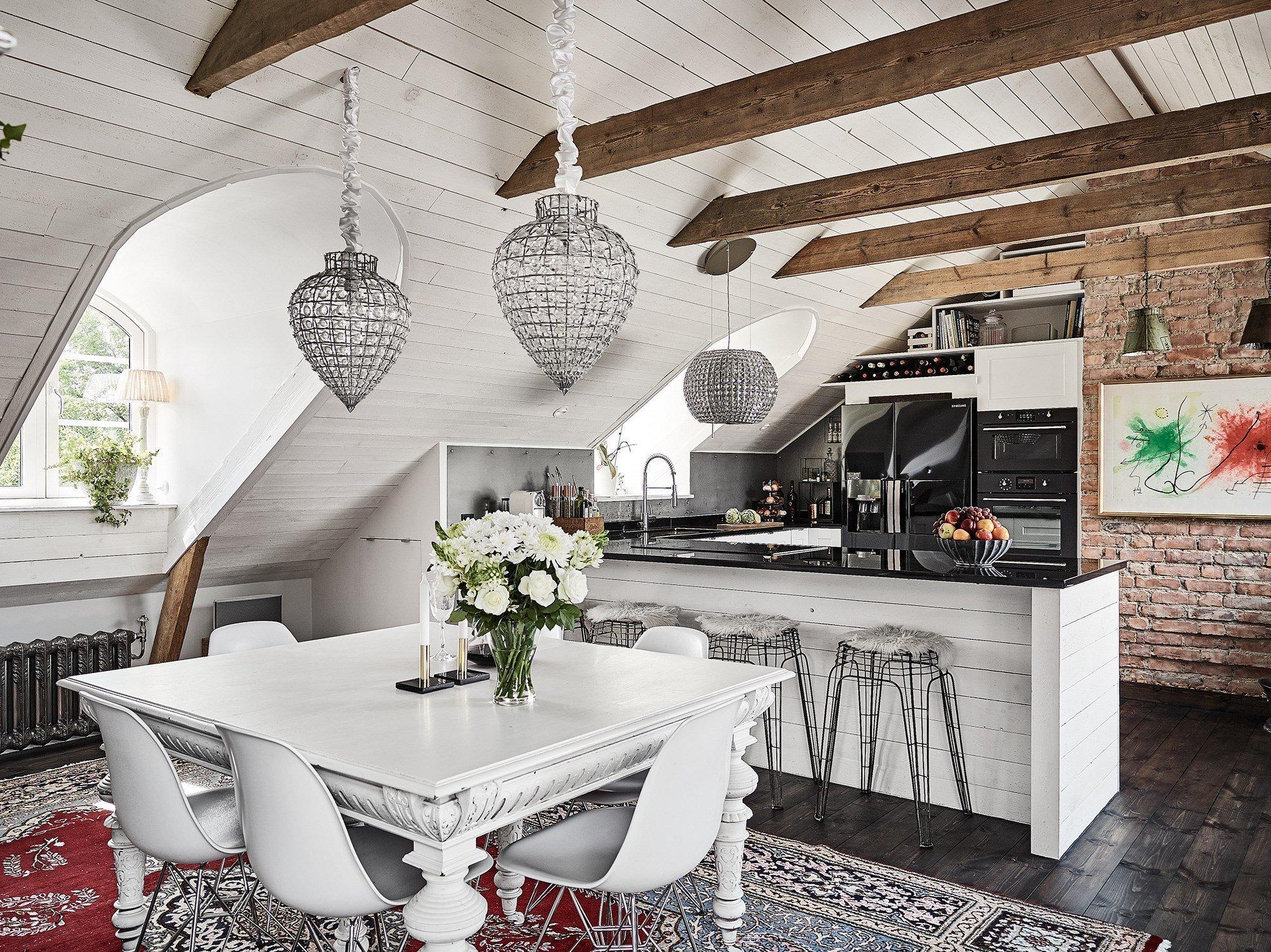 Málokterý ze stylů bydlení si u nás za poslední roky získal tolik obdivovatelů jako tento. Zřejmě proto, že chceme bydlet hezky, útulně, s jakousi lehkostí a šmrncem. Seveřané už tak bydlí a my se stále raději necháváme jejich domovy inspirovat.