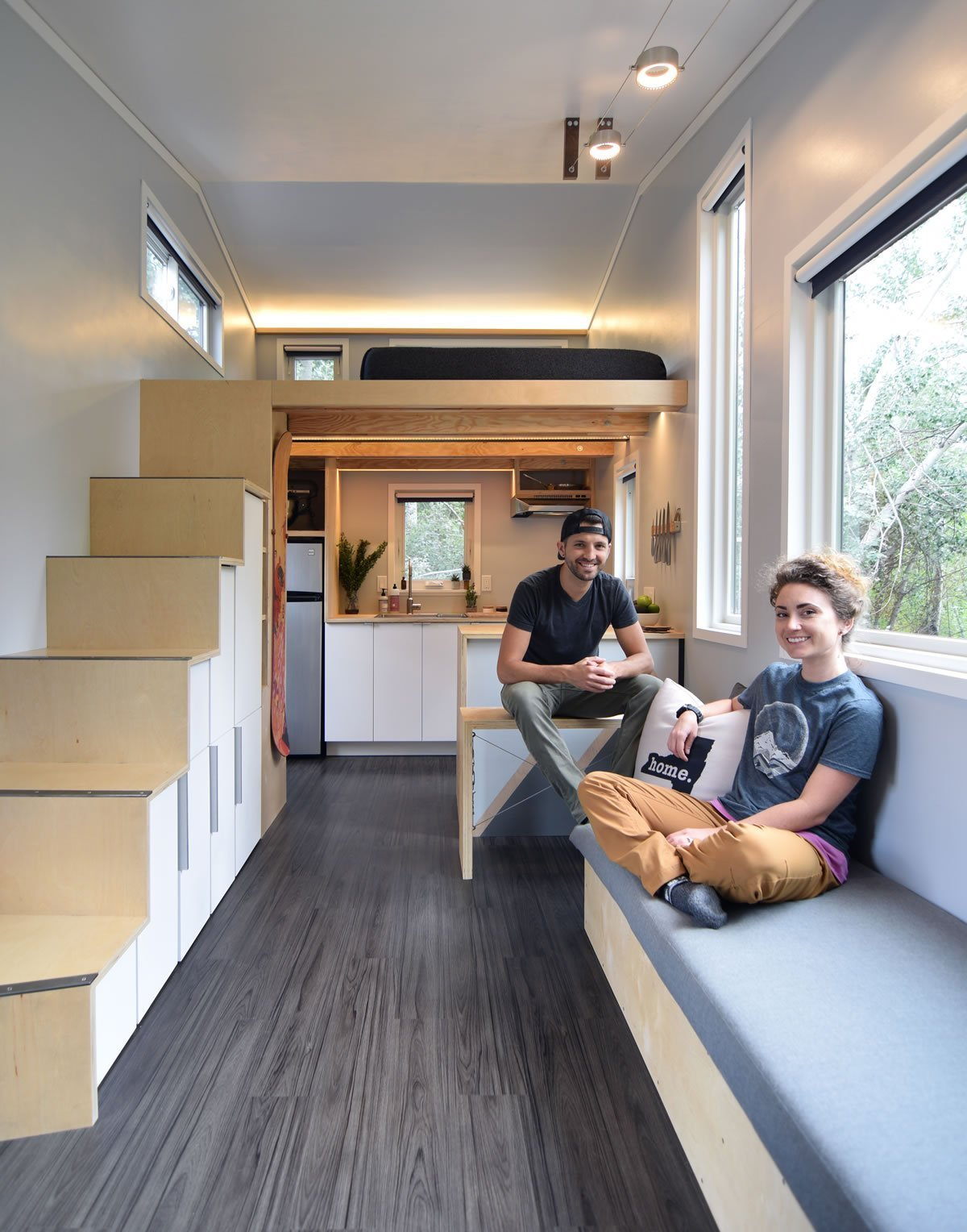 Trend malých dřevěných domků na kolečkách získává po světě stále větší oblibu. Jezdit proto na výlet s karavanem už je v dnešní době pasé. Nejen že je dřevěný domek mnohem šetrnější k přírodě, ale můžete si jej vyrobit přesně tak, jak si představujete.