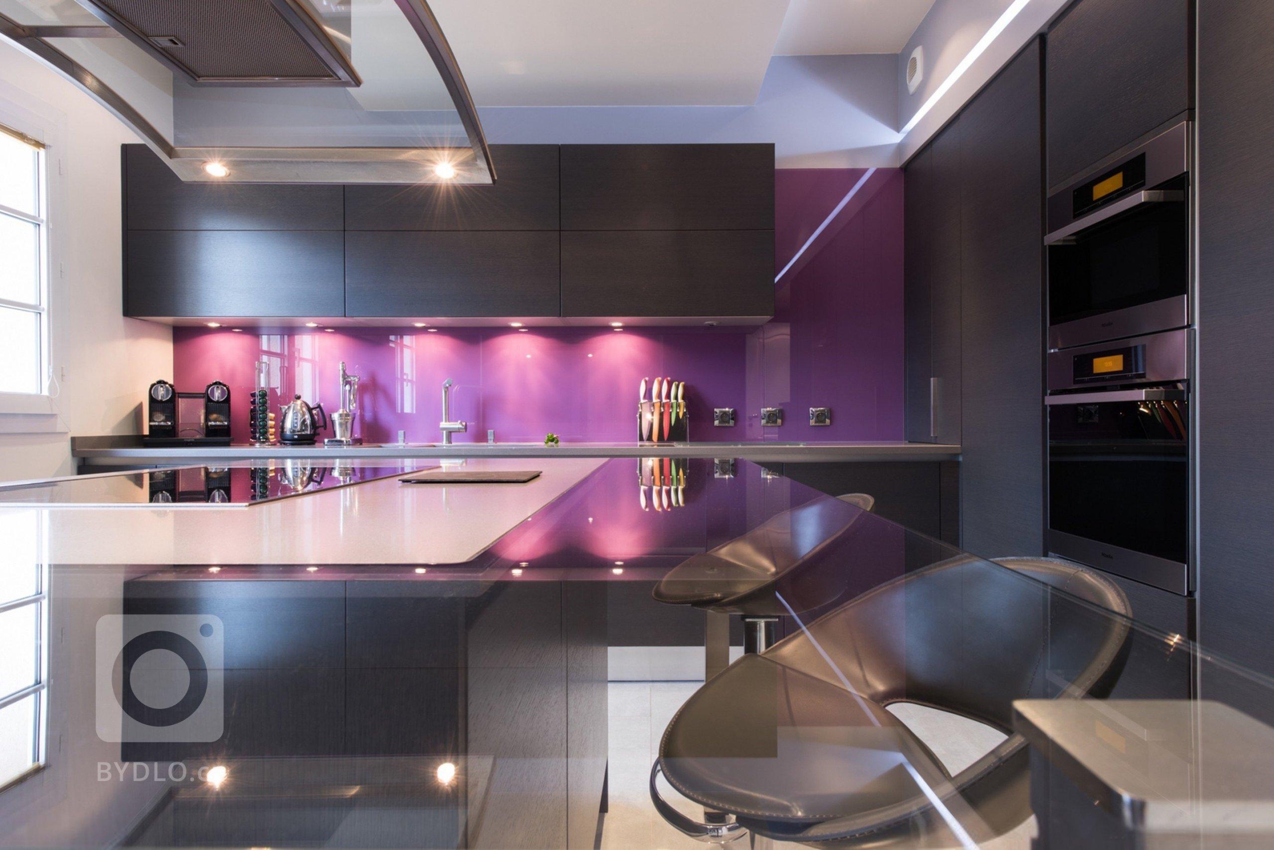 Fialová patří mezi silné či takzvaně výrazně expresivní barvy. Dokáže být velmi vítaným zpestřením interiéru, ale jen do chvíle, než se stane jeho dominantní barvou. Fialová je doplňkovou barvou, která se hodí do všech typů interiérů, přizpůsobí se každému stylu a není problém ji využít v kterékoliv místnosti – stačí jen vybrat ten správný odstín.