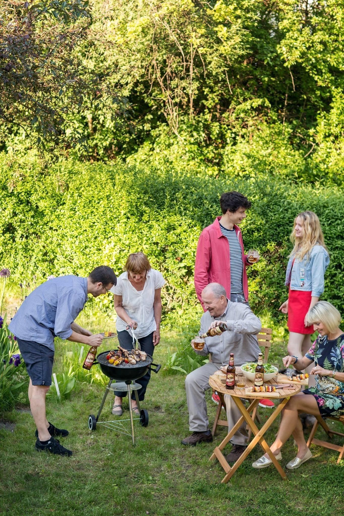 Letošní léto nám zatím přeje – počasí se drží na příjemných teplotách a večery jsou dostatečně teplé na zahradní grilování. Pokud si i vy chcete letos dopřát chutné steaky a klobásky v dobré společnosti na vaší zahradě, možná vám náš článek přijde vhod.
