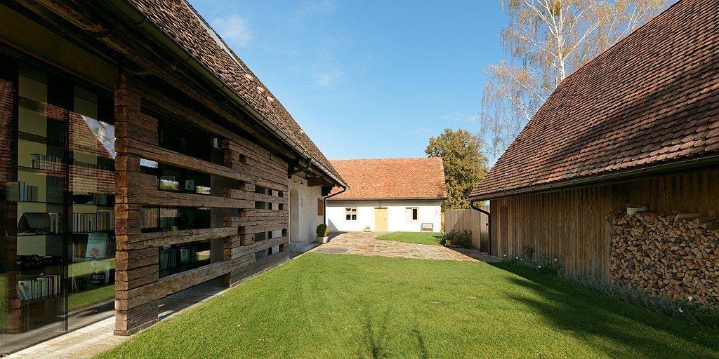 Projekt pod názvem Haus P vznikl odvážnou rekonstrukcí staré farmářské usedlosti na kopci mezi štýrskými Alpami. Je příkladem jak lze i s moderními nároky na obytný prostor uspět v původní venkovské usedlosti.