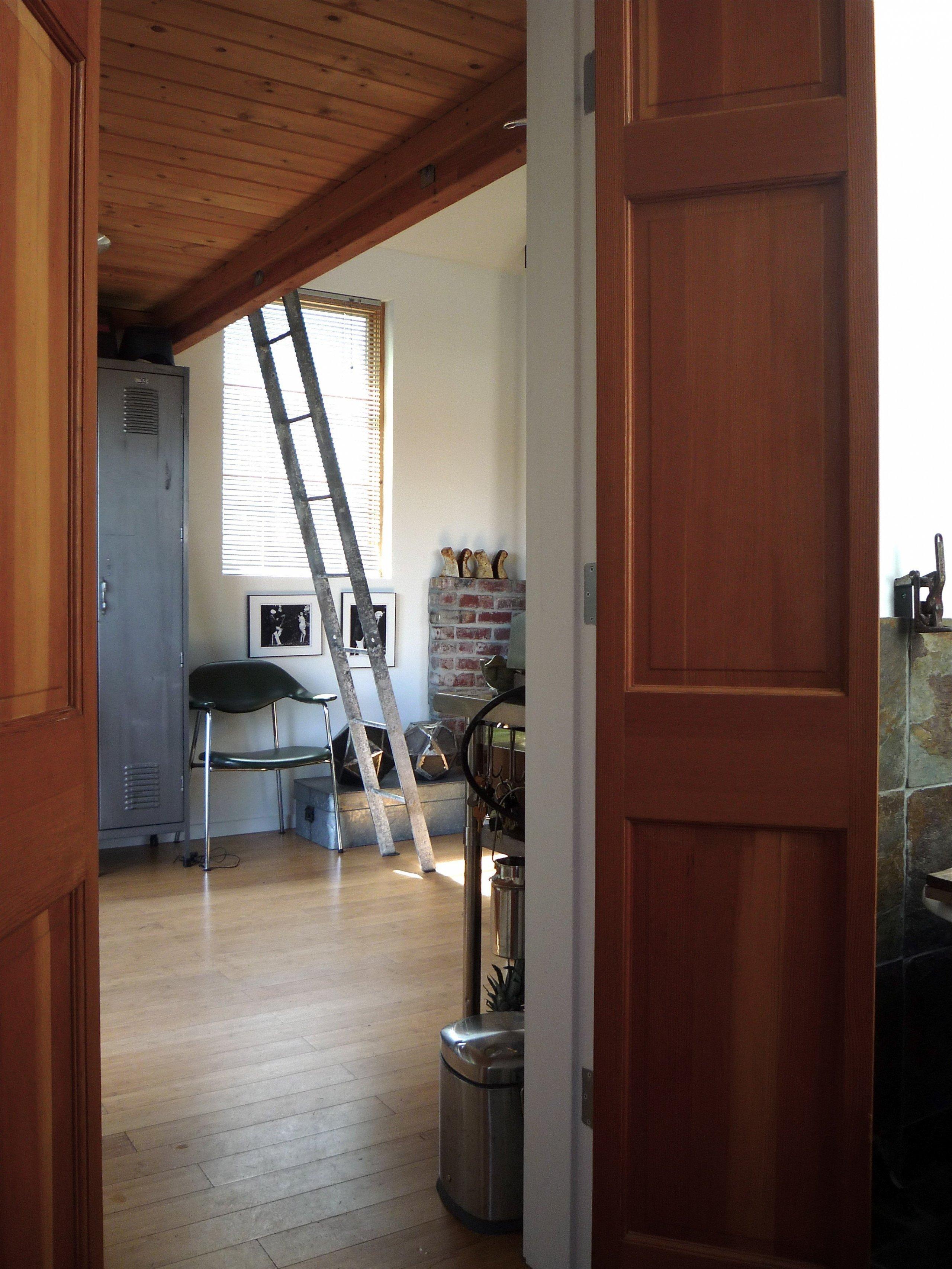 Garáž o rozloze 23 m2 přeměnila designerka a umělkyně Michelle de la Vega na útulné místečko pro život. Když říkáme proměnit garáž v běžně obývaný interiér, nemáme tím rozhodně na mysli to, že garáž zbavíme nejhoršího prachu, na podlahu hodíme běhoun a umístíme tam rozkládací válendu a starou televizi.