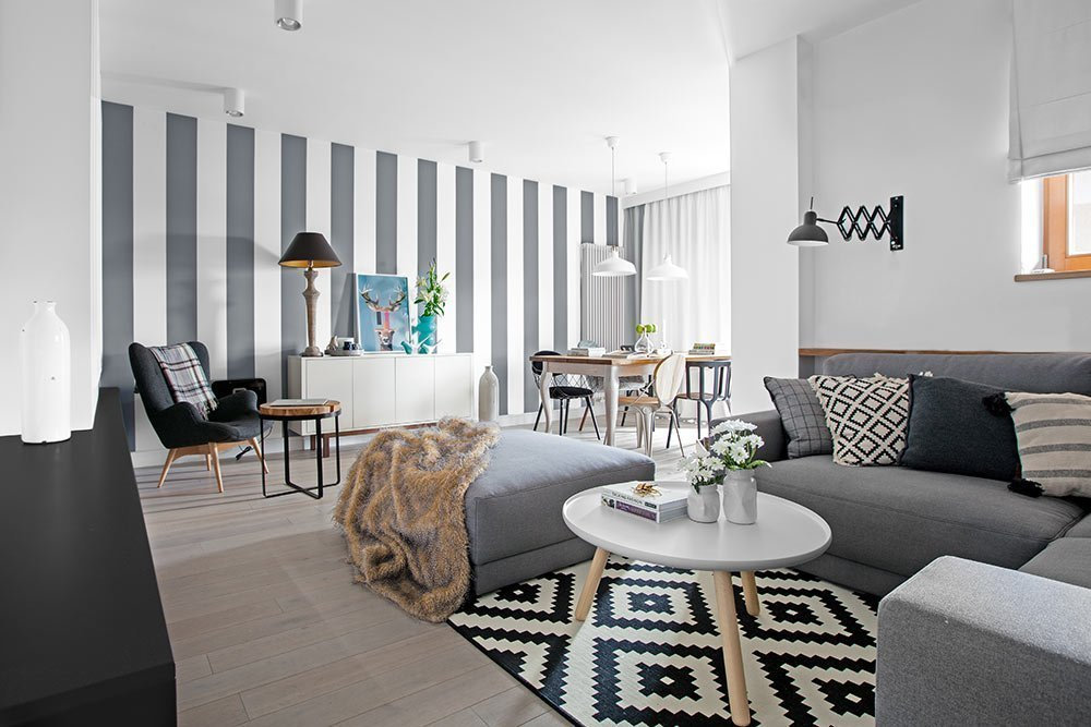 Na levém břehu řeky Visly ve čtvrti Mokotów, v polské Varšavě se nachází byt, který nedávno prošel radikální rekonstrukcí. Byt byl před přestavbou v některých ohledech zcela nevyhovující a nefunkční. Designéři v něm vytvořili otevřený vzdušný prostor odpovídající dnešním standardům. Nádech Skandinávie a čistota provedení se nese v duchu celého prostoru.