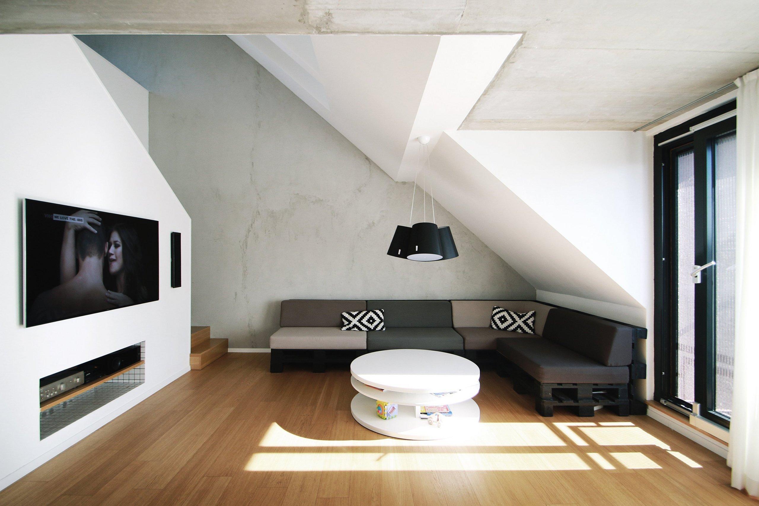 Mezonetový byt ve střešní nástavbě bytového domu z 50-tých let v širším centru Bratislavy. Originální prostorové řešení a přidaná hodnota v podobě dvou střešních teras.