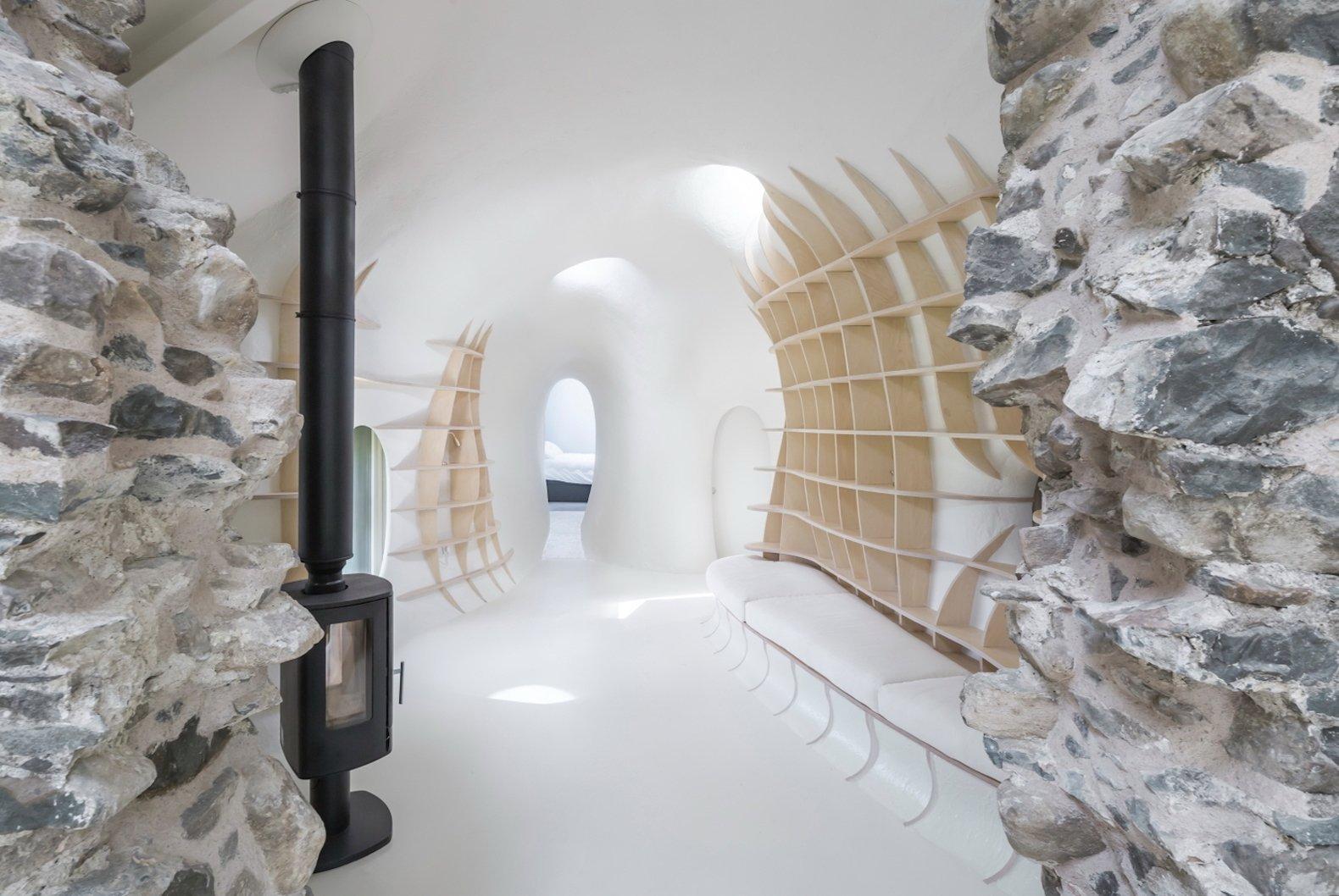 Pozůstatky kamenné stavby z 18. století daly vzniknout unikátnímu projektu. Zřícenina uprostřed nádherné přírody netradičně propojuje kus historie a moderní minimalistickou architekturu dnešní doby. Interiér skrývá mnoho nápaditých a neotřelých řešení. Nahlédněte do něj s námi.