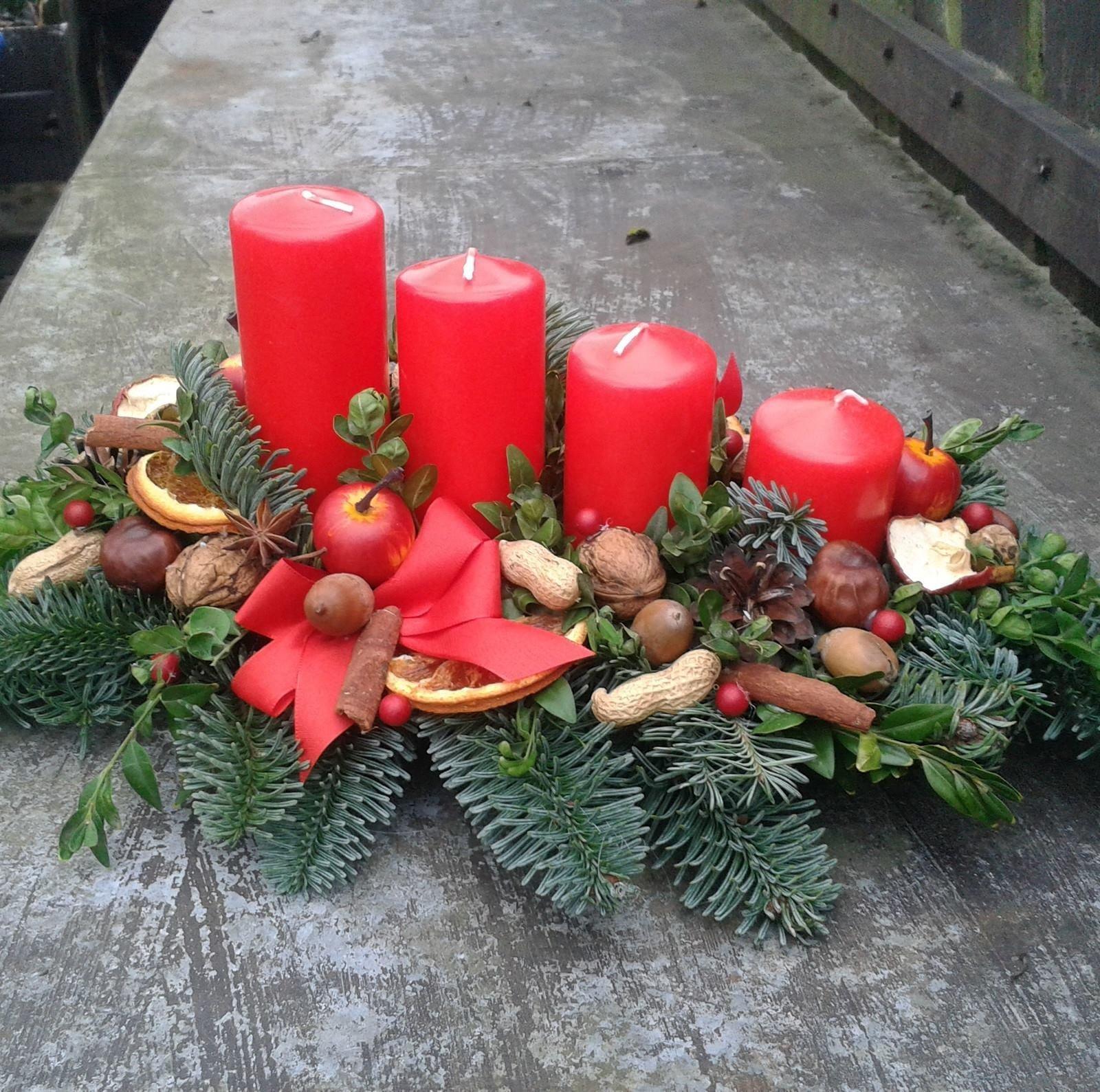 Blíží se Vánoce a s nimi je spojený advent. Tradicí je zapalování svíčky na adventním věnci po čtyři neděle před Štědrým dnem.  K dostání je mnoho druhů adventních věnců, ale co takhle vyzkoušet si jejich výrobu doma? Inspirujte se a vyzdobte si svůj domov podle svých představ.