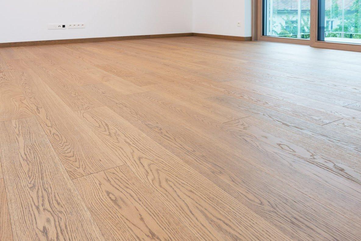 Pekný a zdravý les pestovaný s úctou a rozumom je prvým predpokladom pre získanie nenahraditeľného prírodného materiálu - dreva. Drevo je ako stvorené na zhotovenie podláh, vytvára zdravú klímu v miestnosti a pôsobí príjemným teplým dojmom. Na drevených podlahách je mimo iného fascinujúce aj to, že nikdy nenájdete dva rovnaké kúsky dreva. Každý je jedinečný. Tento materiál nikdy nezovšednie, má stále čo ponúknuť a uspokojí aj tých najnáročnejších užívateľov.