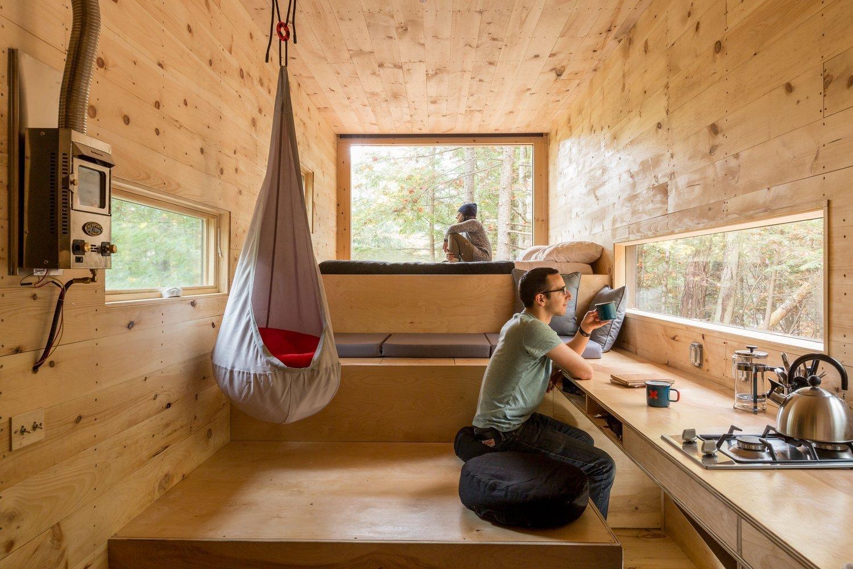 Bydlení v domě je závazek. Musíte se o dům starat a musí se do něj vejít vše co máte. Jsme zahlceni spoustou věcí, ale opravdu je všechny potřebujeme? Studenti z Harvardu navrhli a vytvořili skromné a zajímavé bydlení. Dřevěný domeček je pojízdný a jednoduše vybavený.