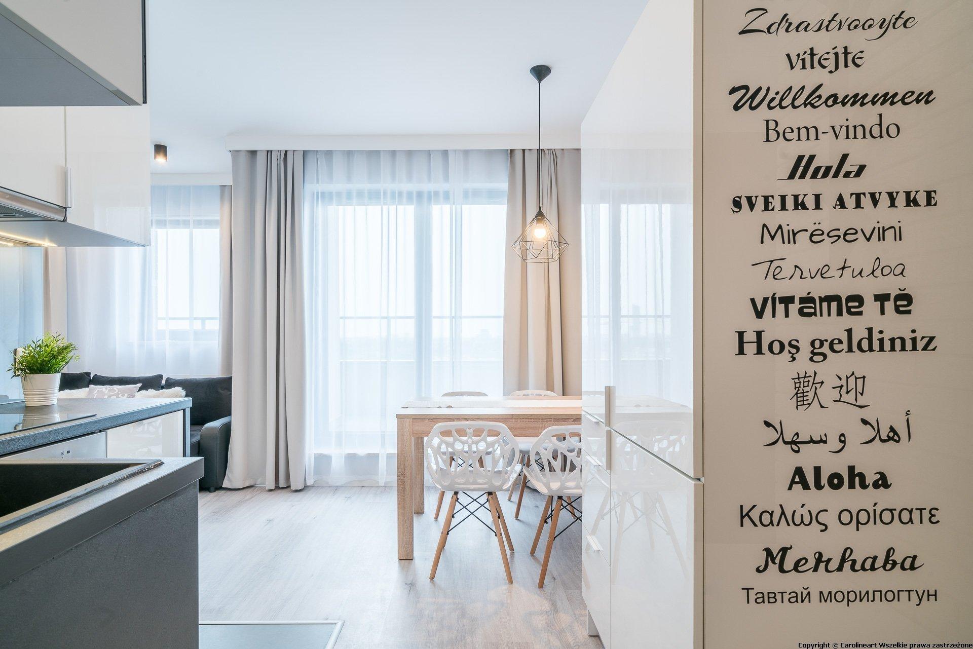Malé byty jsou mezi mladými lidmi velkým trendem, jsou nenáročné na úklid, cenově dostupné, a tak není inspirace na její interiér nikdy dost. Dnešní inspirací je světlý interiér s malou kuchyňkou a velmi jednoduchým vybavením.