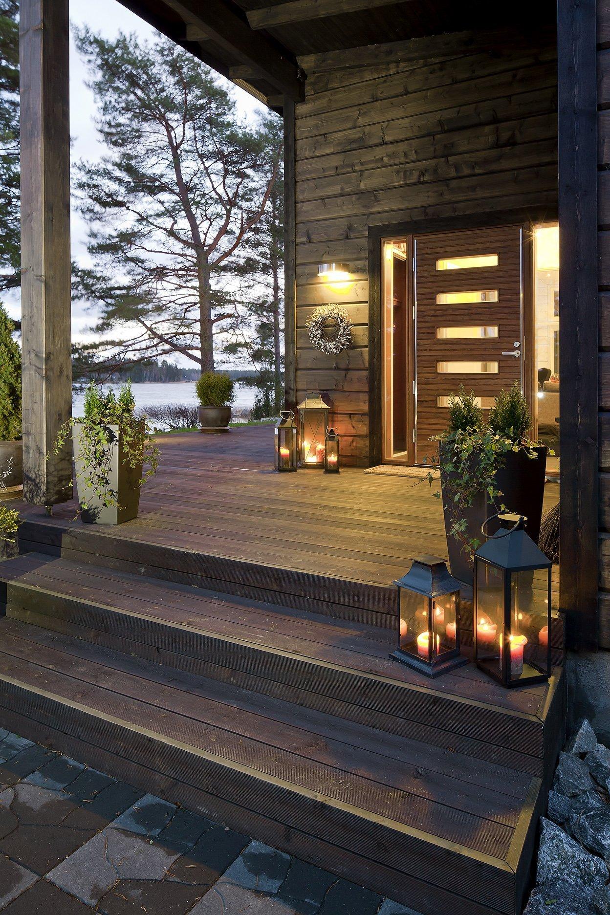 Máte rádi dřevěné domy a jednoduchou čistou architekturu? Pak se vám může tato realizace zalíbit. Představujeme vám dům plný dřeva, obklopený zelenou přírodou v severském duchu. Líbil by se vám také?