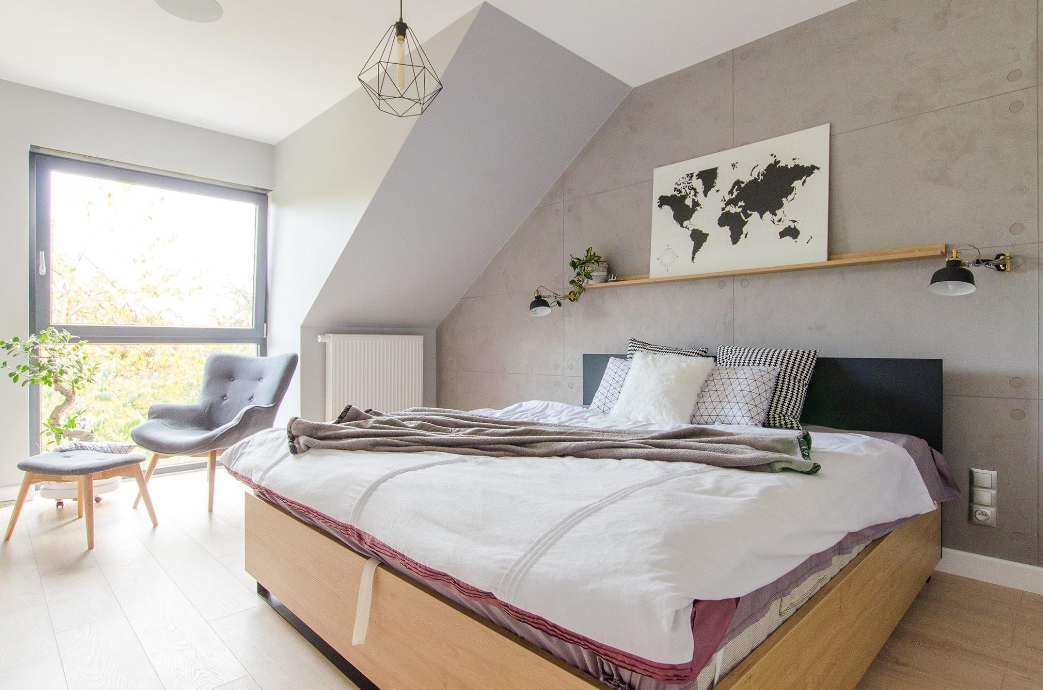 Snadno rozpoznatelné a stále populárnější je bydlení ve skandinávském stylu. Získává si stále více příznivců i v našich krajínách. A není divu. Čistý a svěží design, neutrální bílá a masivní dřevo. To jsou jedny z mála charakteristik tohoto oblíbeného stylu. Pojďme se dnes podívat na jednu realizaci bydlení v severském duchu.