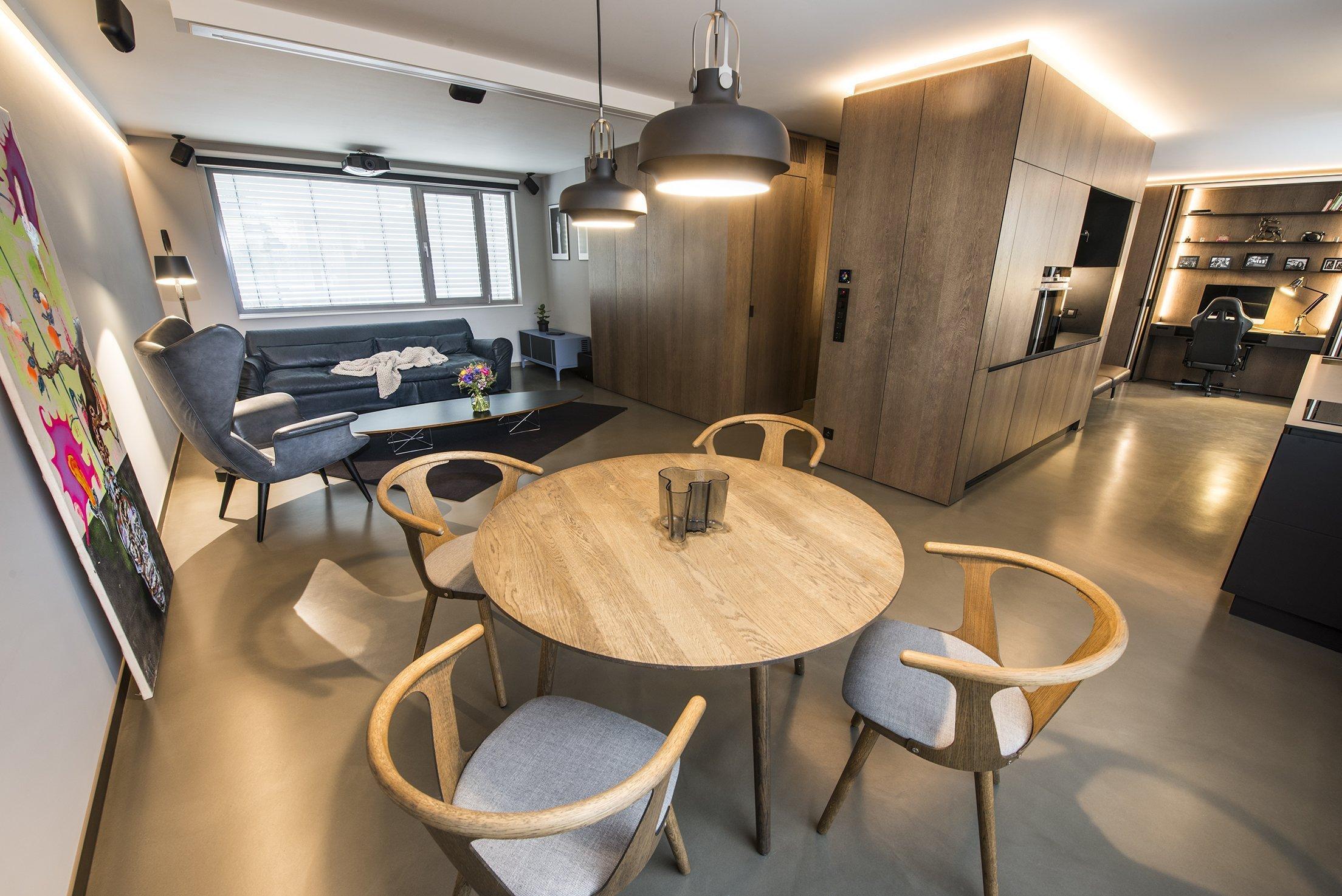 Zajímavý loft se spoustou překvapivých řešení. Sklápění, posouvání, spouštění, skrývání ... modifikují účel čistého prostoru sjednoceného přírodním materiálům a nadstandardním řemeslným detailům.