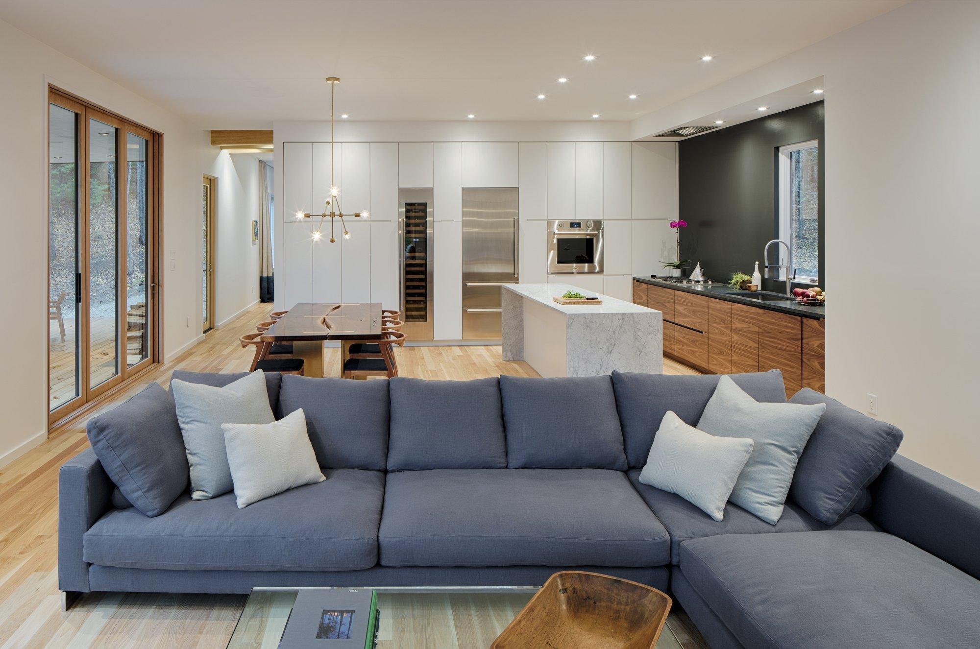 """Když se řekne bydlení v New Yorku, většina z nás si asi představí loftový byt vybavený tím nejoriginálnějším nábytkem. Nicméně i bydlení v New Yorku se může nést v o dost klidnějším duchu. Důkazem toho je tento projekt nazvaný """"únik"""", který ztvárnili architekti ze studia MM Architect a vytvořili tak uprostřed lesa Hudson Valley velmi pohodlné, komfortní a praktické bydlení."""