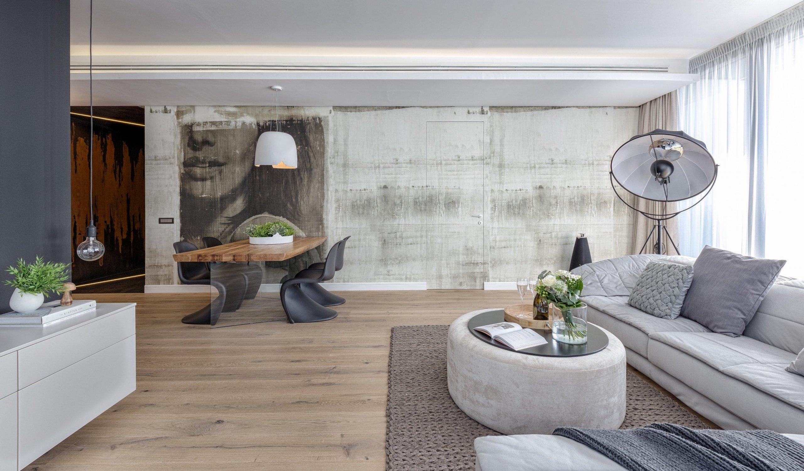 Přáli jste si bydlet v bytě, ze kterého budete mít skvělý výhled na okolí – a navíc bude prostorný? V tom případě byste se měli podívat na tento ateliérový byt (jinak zvaný penthouse), který se nachází v Bukurešti. Zamilujete si jej nejen díky světlým prostorům, ale i nápaditému provedení, které spojuje přírodní materiály s umělými.
