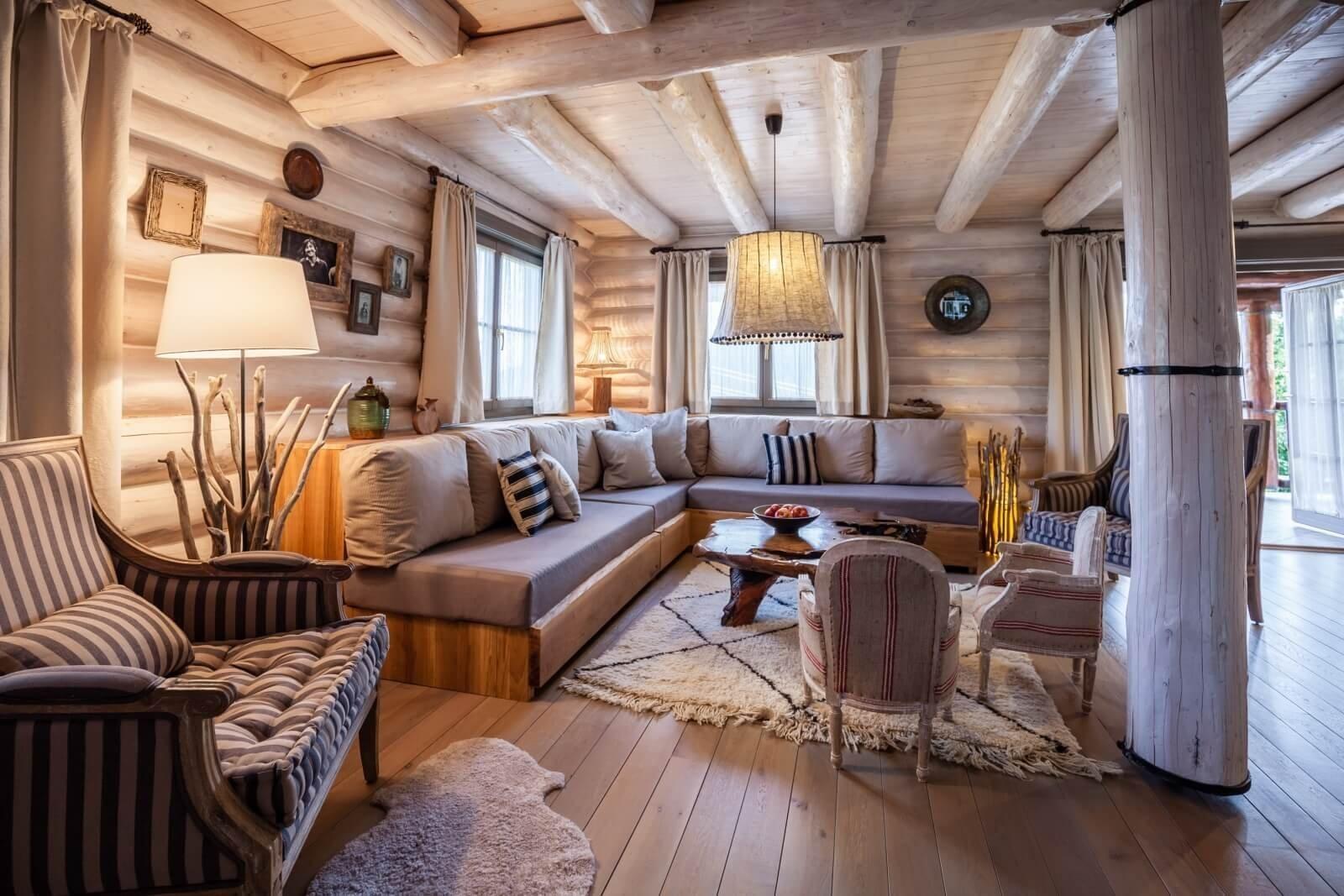 Srubové domy se v posledních letech těší stále větší oblibě, a to nejen jako víkendové chaty, ale jako plnohodnotné obydlí, které je navíc i ekologicky přátelské, což je v této době určitě něco k zamyšlení. Nyní se spolu podíváme na jeden takovýto srub, který je v romanticky vypadajícím provensálském stylu.