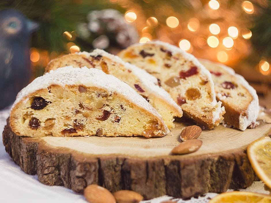 Mezi tradiční recepty, které neodmyslitelně patří k adventní době, patří i štola. Sladké pečivo, které je plněné sušeným ovocem, oříšky a mandlemi je zdravější variantou klasické vánočky. Naše babičky ji vždy pekly několik dní před Štědrým dnem a schovávaly zabalené v utěrce. Oválný tvar štoly má údajně symbolizovat Ježíška zabaleného v plenkách.