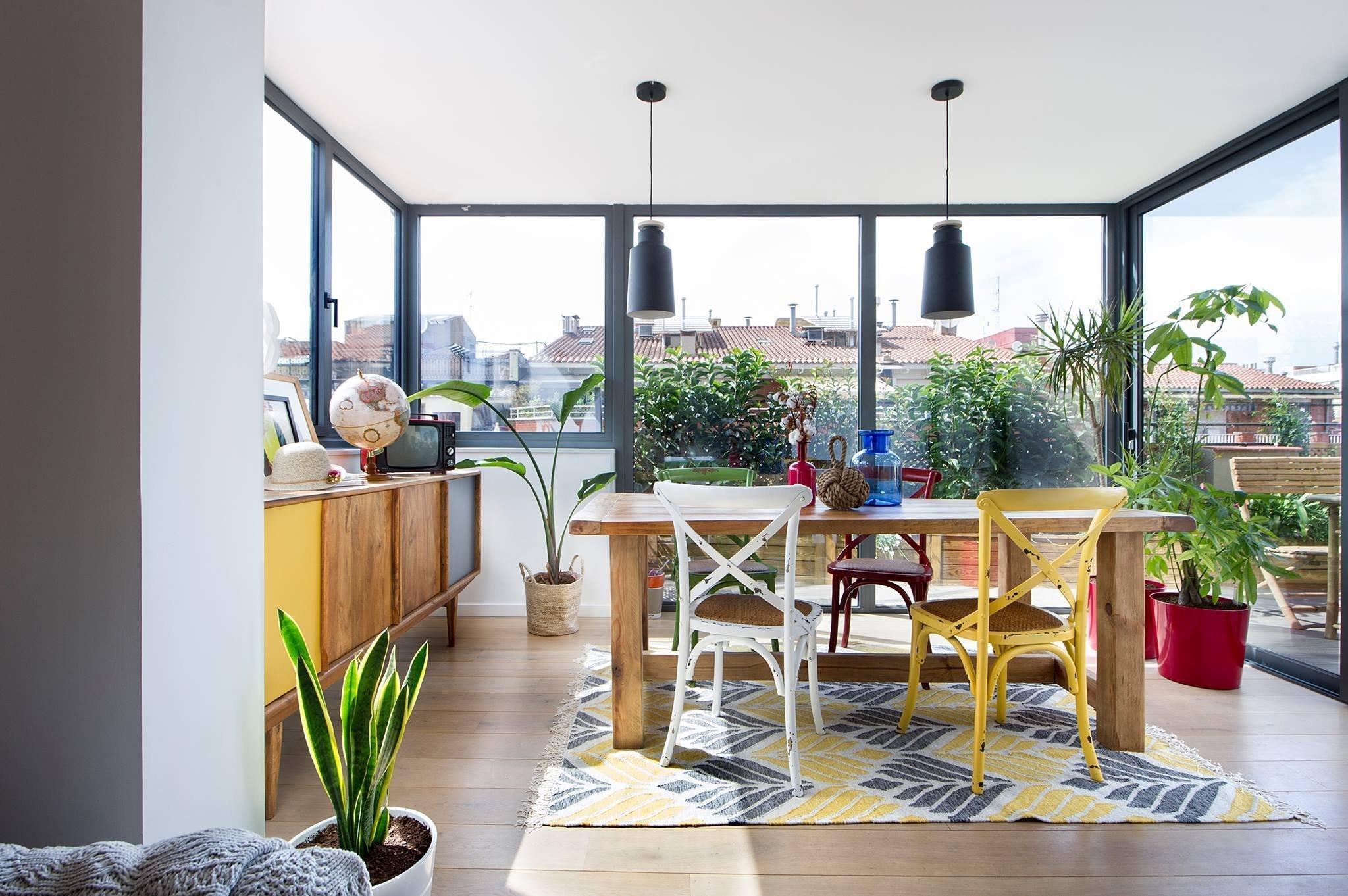 V srdci katalánské metropole, proslulé Barceloně, byl vytvořen unikátní projekt. Bydlení s výhledem na překrásnou katedrálu Sagrada Familia a na malebnou historickou čtvrť Eixample. Prosluněný byt hýří barvami i hravými nápady. Pojďme se do něj společně podívat.