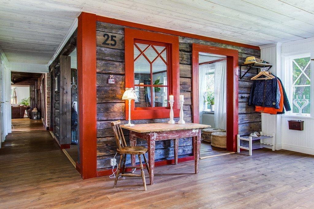 Pokud milujete skandinávský styl a zároveň máte v oblibě i útulné interiéry plné přírodních materiálů, tak vás jistě potěší pohled na tento dům, který je přesně takový. Nejenže na nás působí uklidňujícím dojmem, zároveň v něm najdeme i všechny aspekty, které jsou v dnešní moderní době nezbytností. A i když se zdá malý, je opravdu prostorný.