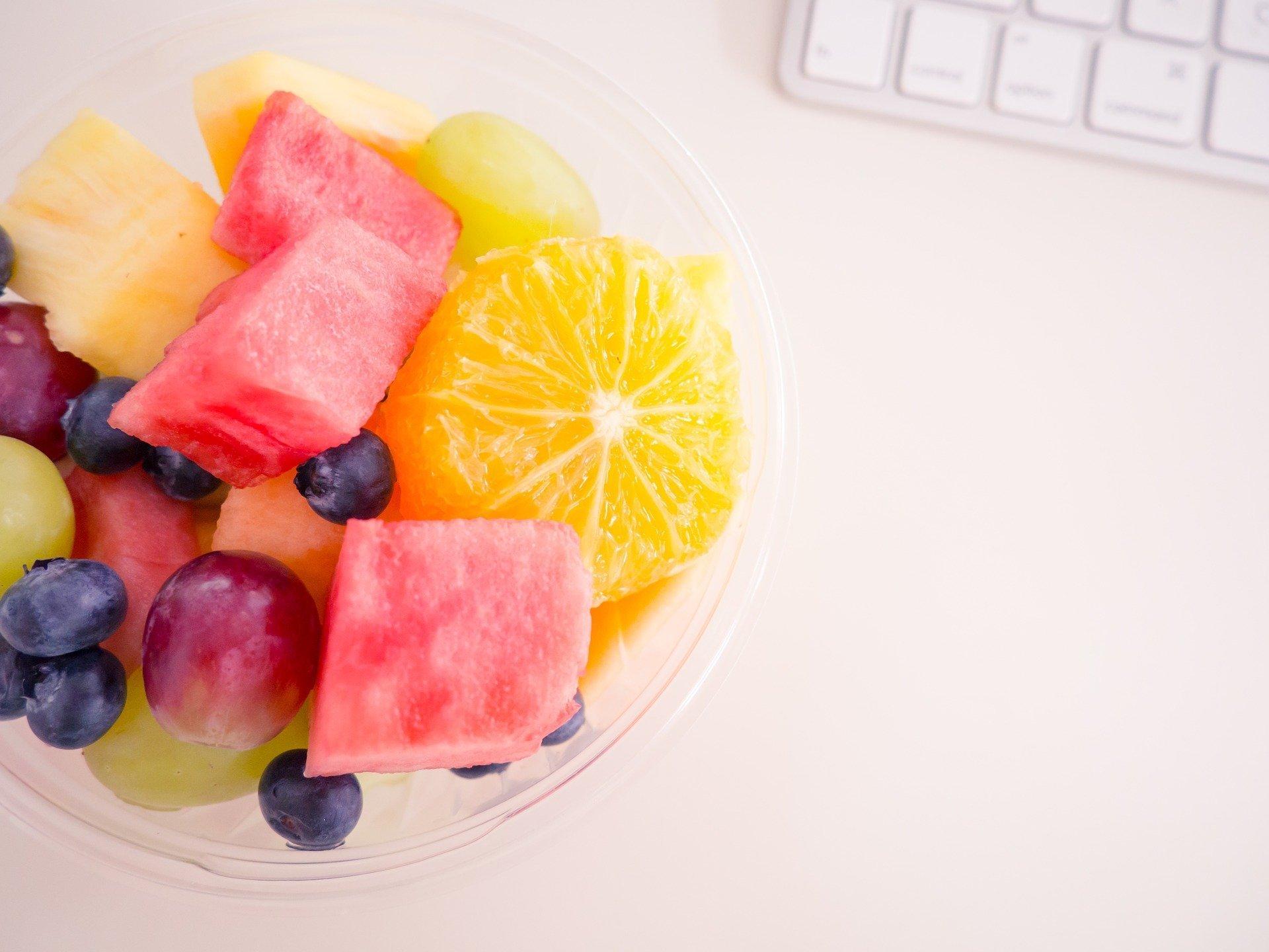 Diety a hubnutí jsou jedny z nejvíce diskutovaných témat mezi ženami i muži každého věku. Mnoho z nich si myslí, že zhubnou hlavně tím, že rapidně sníží svůj denní příjem kalorií. Ačkoliv se to může zpočátku zdát jako účinný způsob, jak se zbytečných kil zbavit, rychle dojdete k zjištění, že tomu tak není. Po krátkém šoku těla, kdy budete hubnout se dočkáte jo-jo efektu hned, jak se vrátíte na normální stravu. Proto vám přináším několik tipů na zdravé svačinky, které vám nastartují metabolismus.